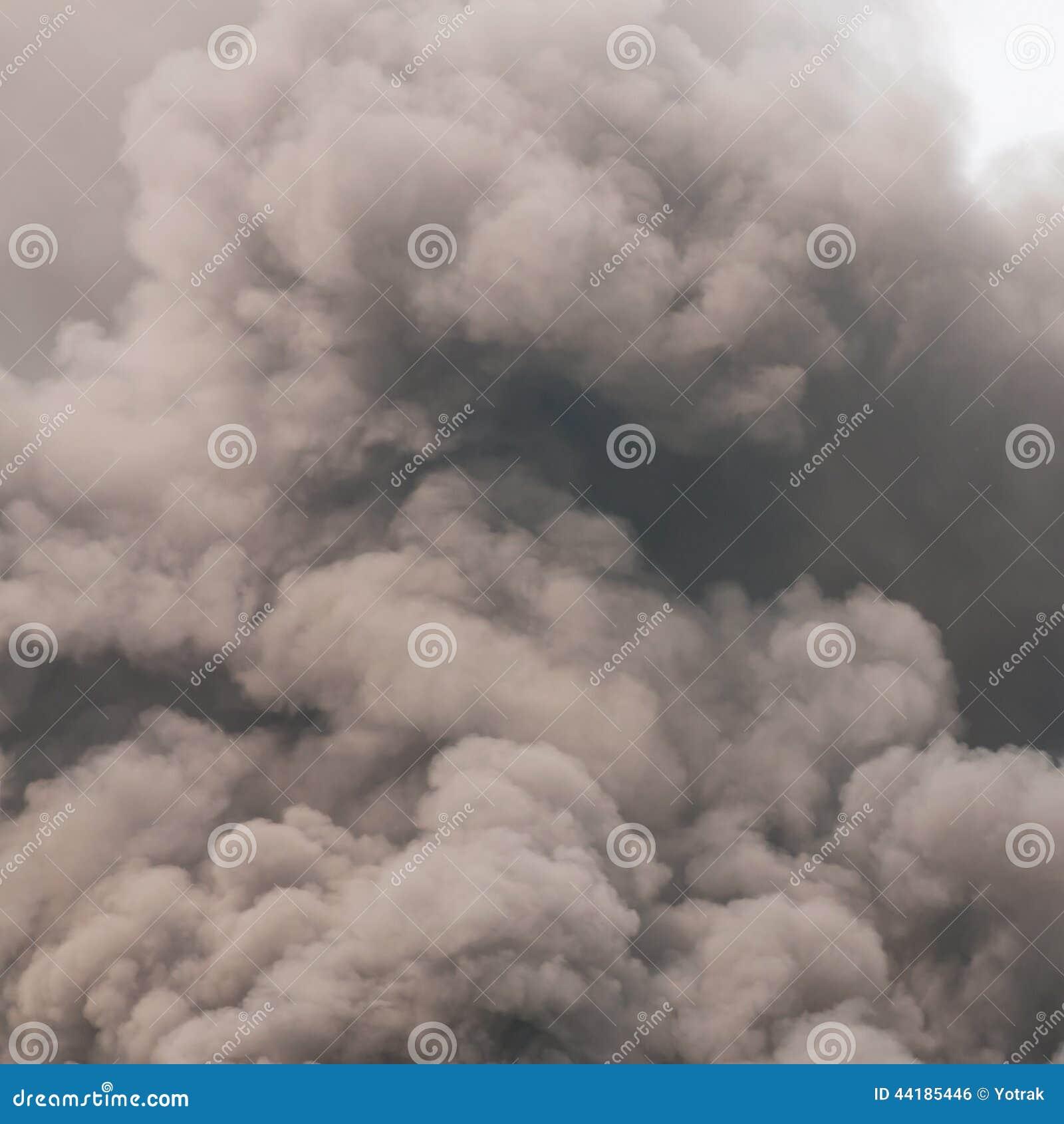 Gęsty zmroku dym