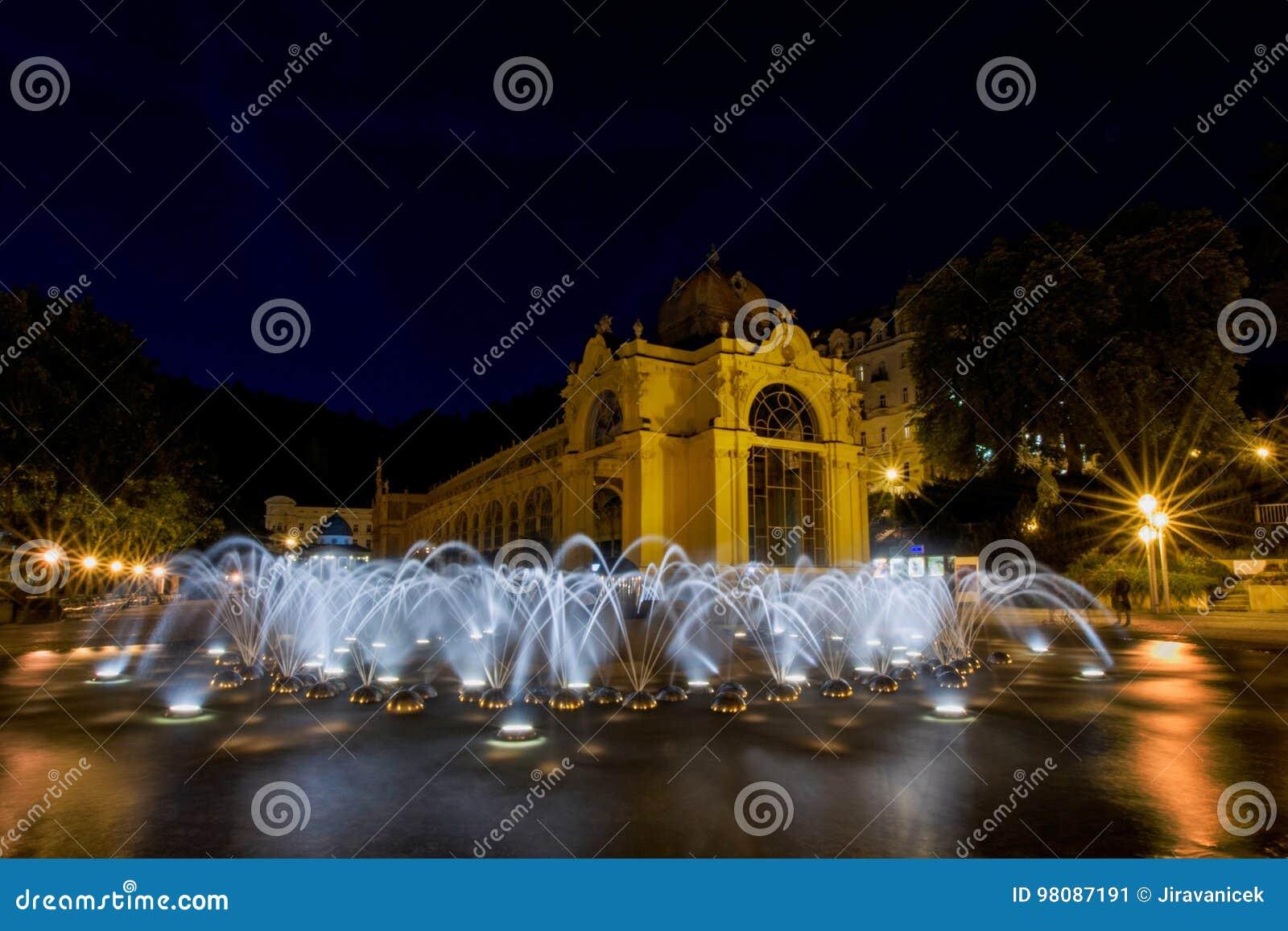Główna kolumnada i śpiewacka fontanna przy nocą republika czech - Marianske Lazne -