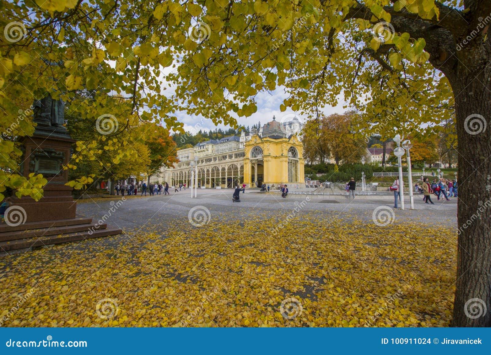 Główna zdrój kolumnada w popołudniu republika czech - jesień w małym zachodnim Artystycznym zdroju grodzki Marianske Lazne Marien