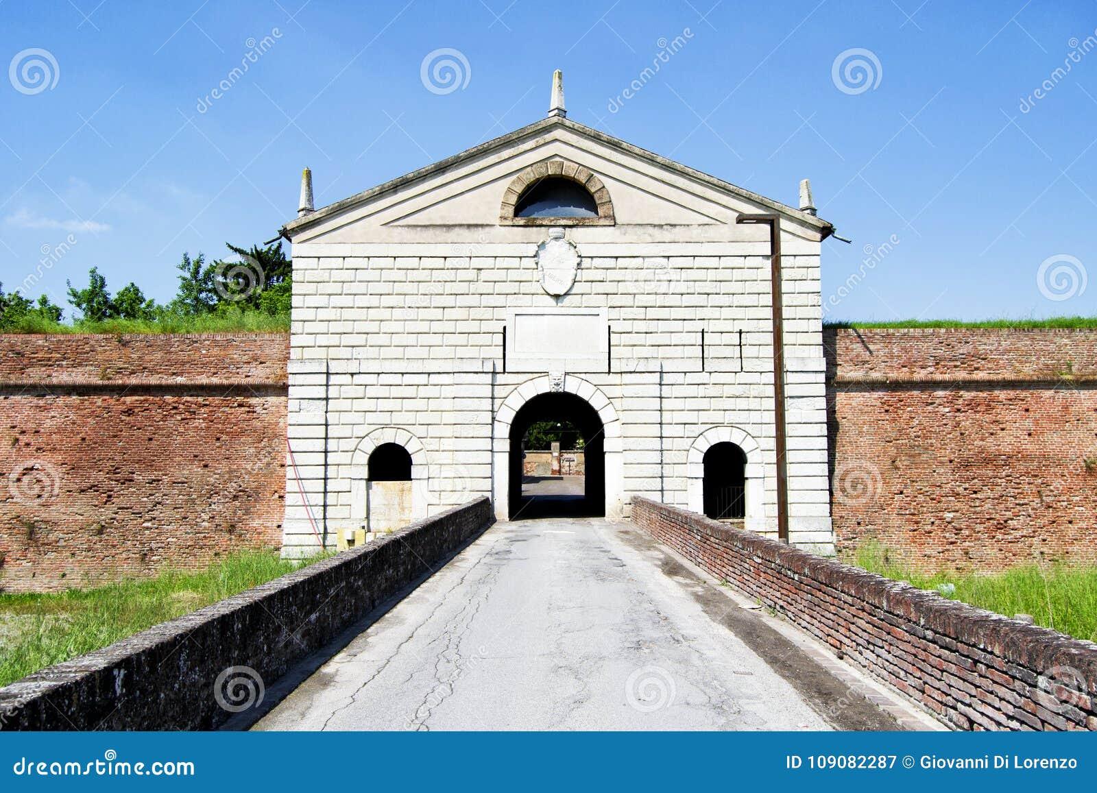 Głównej ściany brama znać jako Cesarska brama Hystorical miasto Sabbioneta, Włochy -
