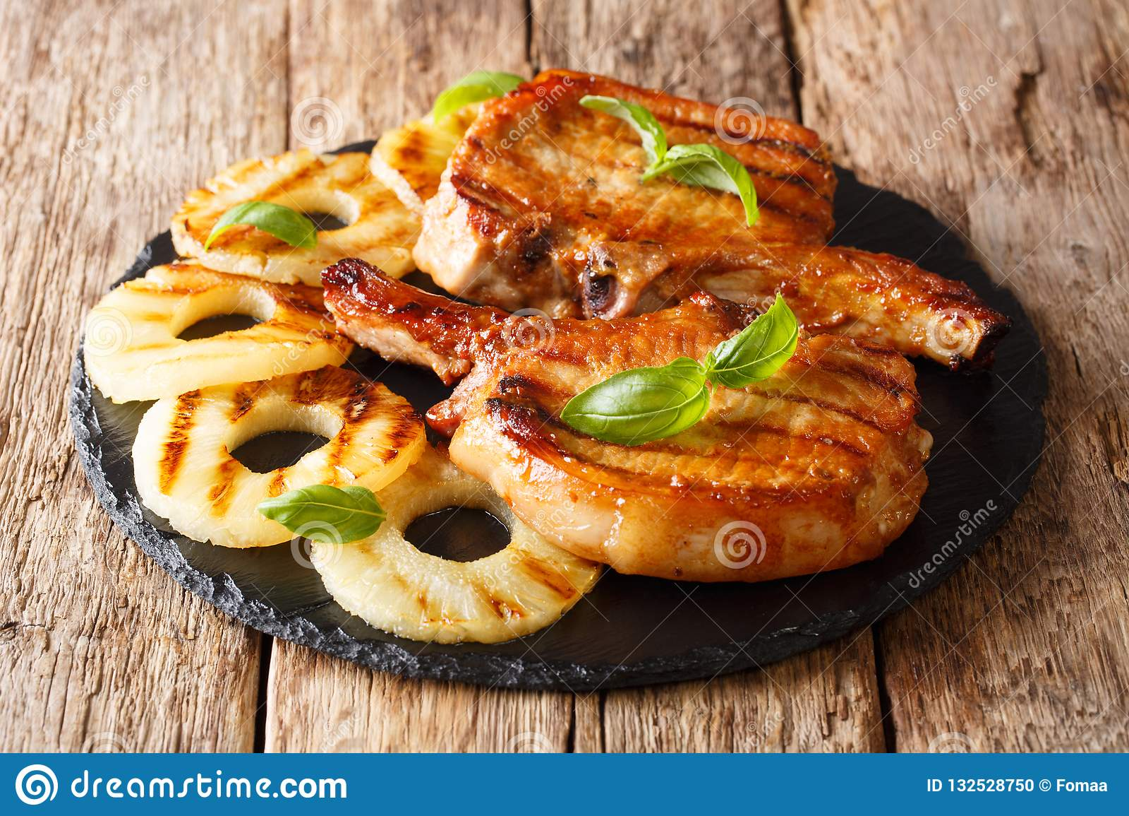 Główny kurs: piec na grillu wieprzowina kotlecika stek w miodowym glazerunku z pineapp