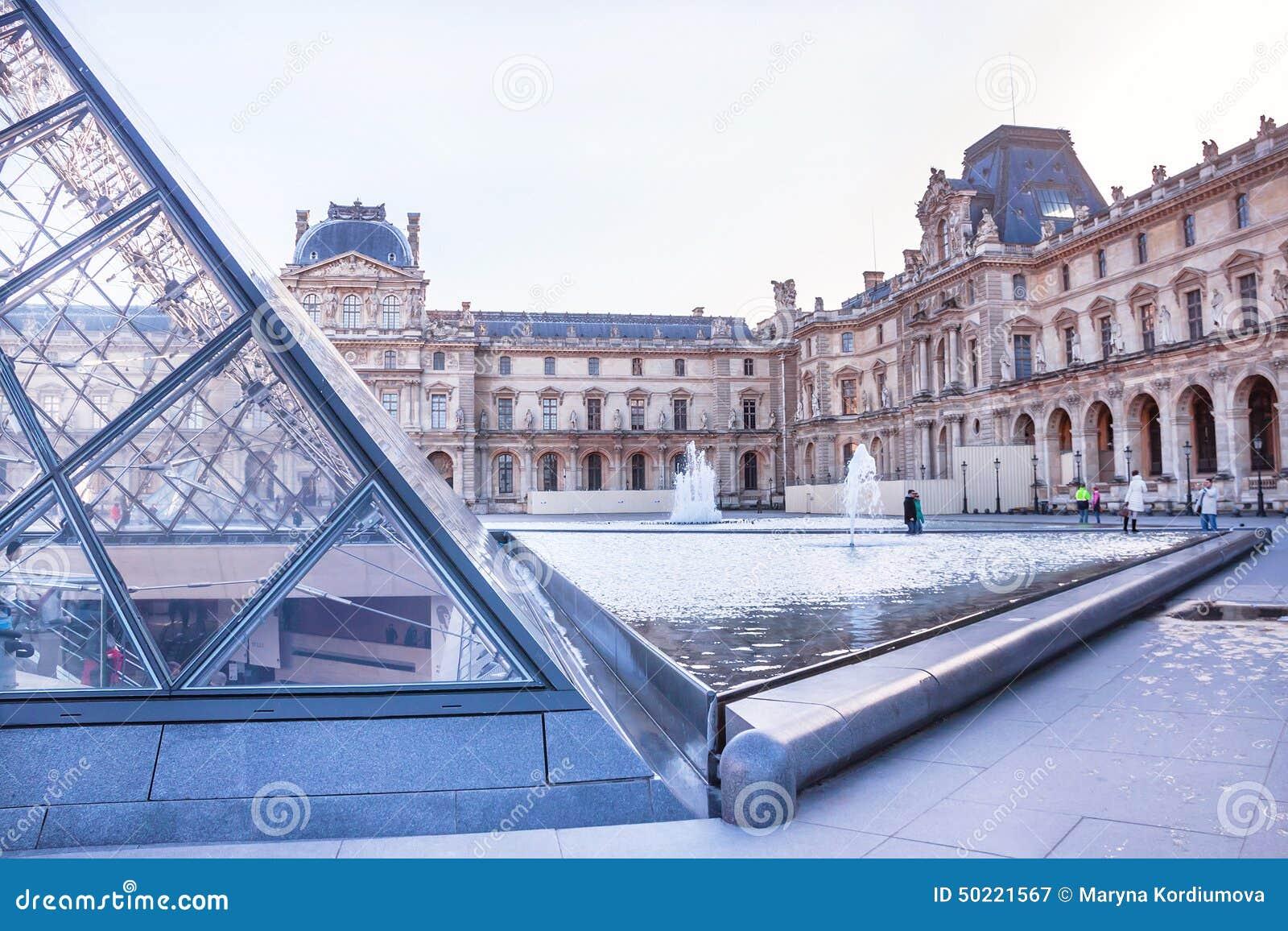 Główny podwórze louvre muzeum z ostrosłupem i fontanną paris