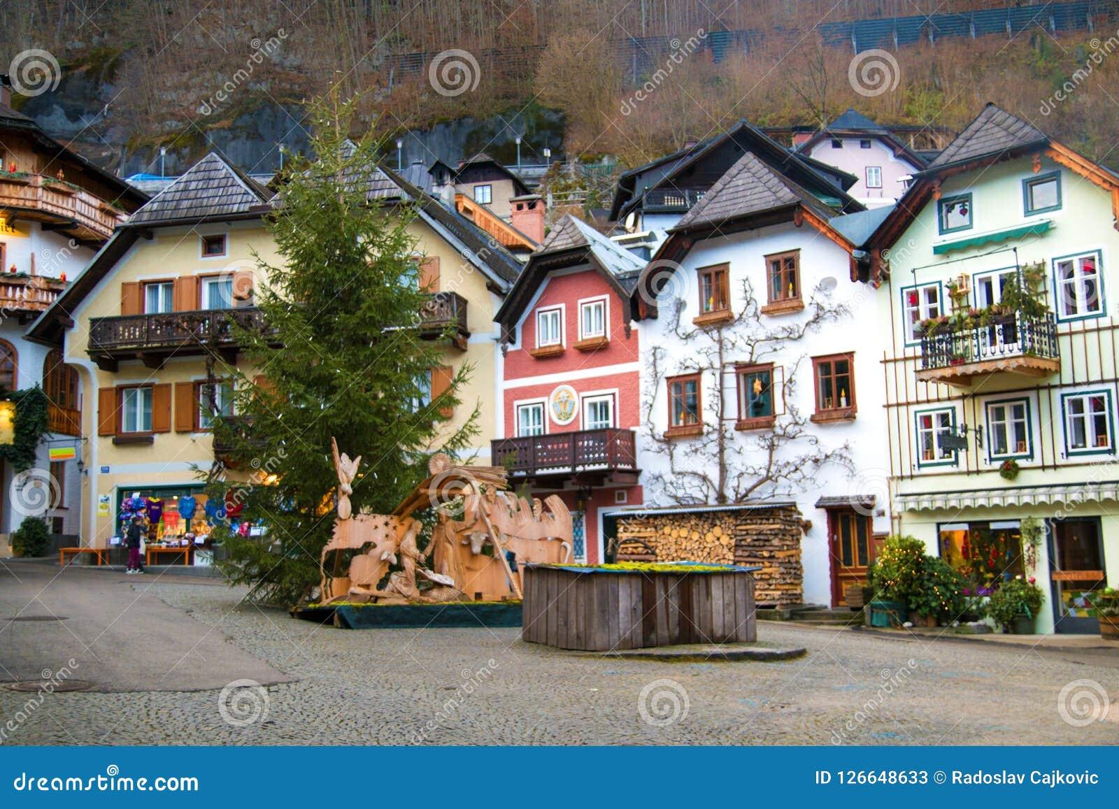 Główny targowy kwadrat z tradycyjnymi domami w sławnej dziedzictwo kulturowe wiosce Hallstatt w Austria, Europa