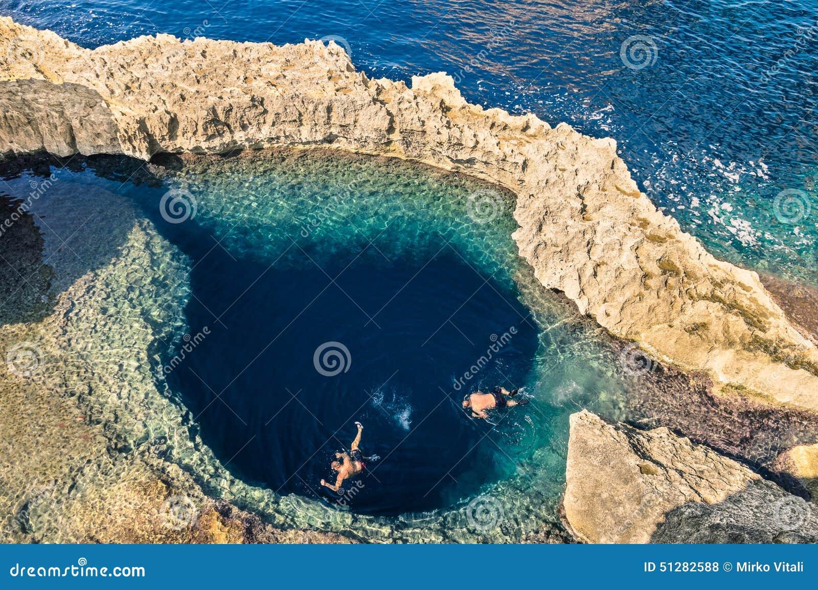 Głęboka błękitna dziura przy światowym sławnym Lazurowym okno w Gozo Malta
