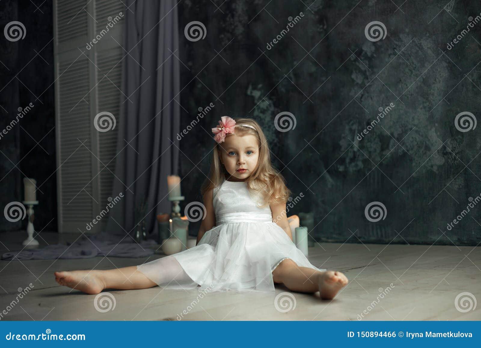 Głęboki widok przygląda się portret mała dziewczynka
