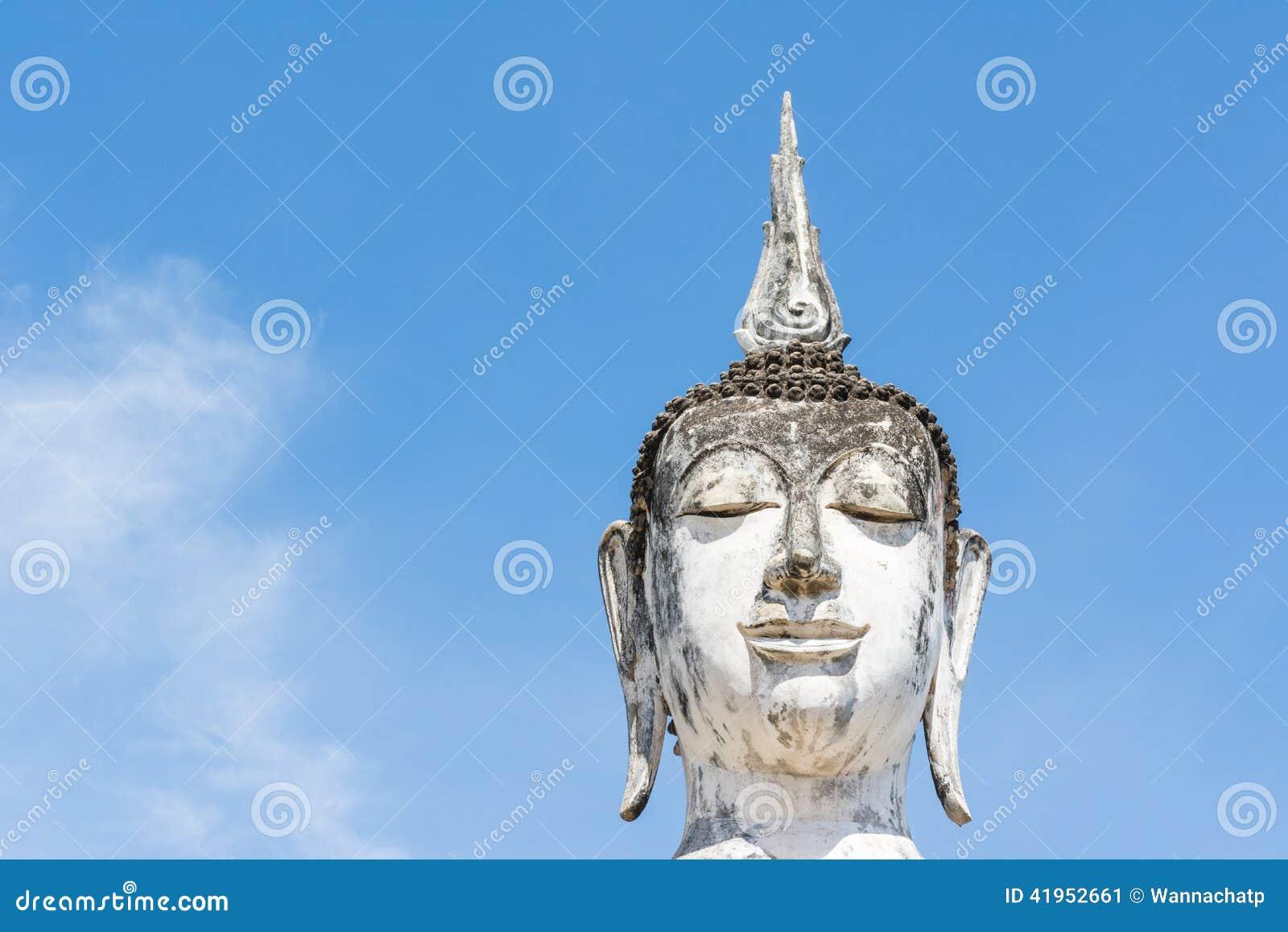 Głowa biały Buddha wizerunek, niebieskie niebo i