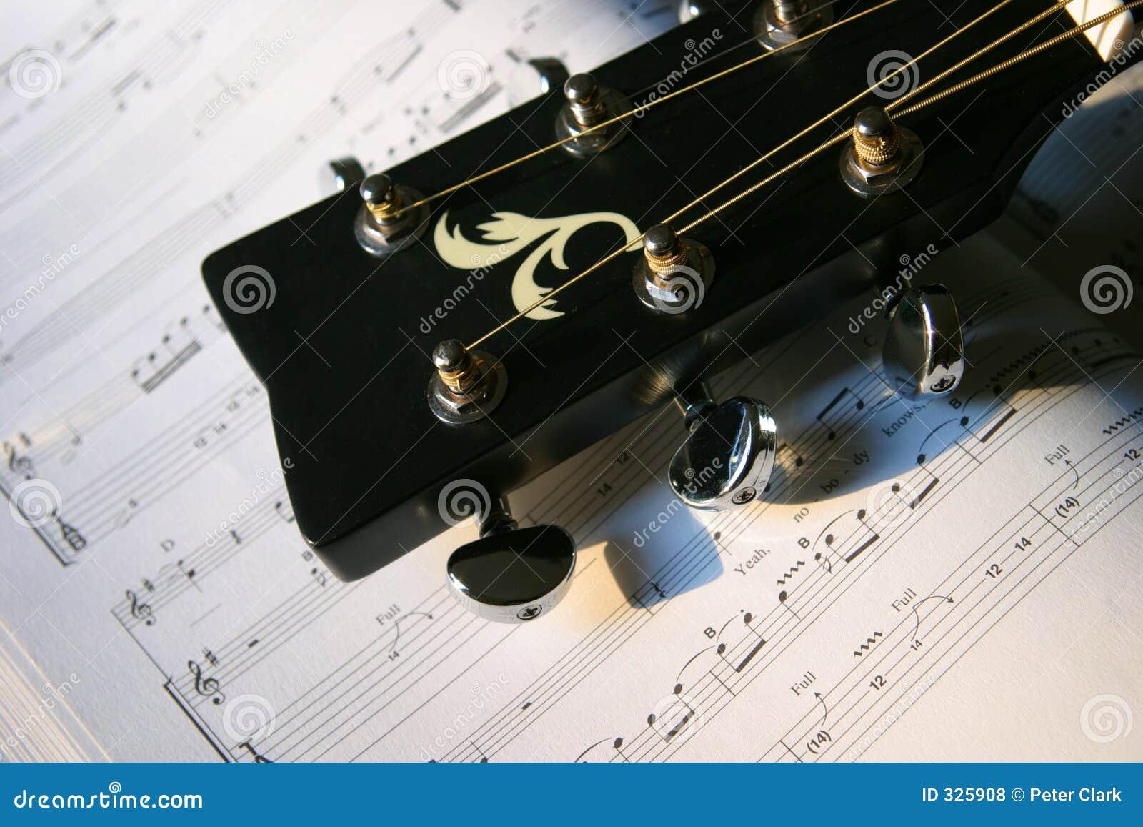 Głowa na gitarze