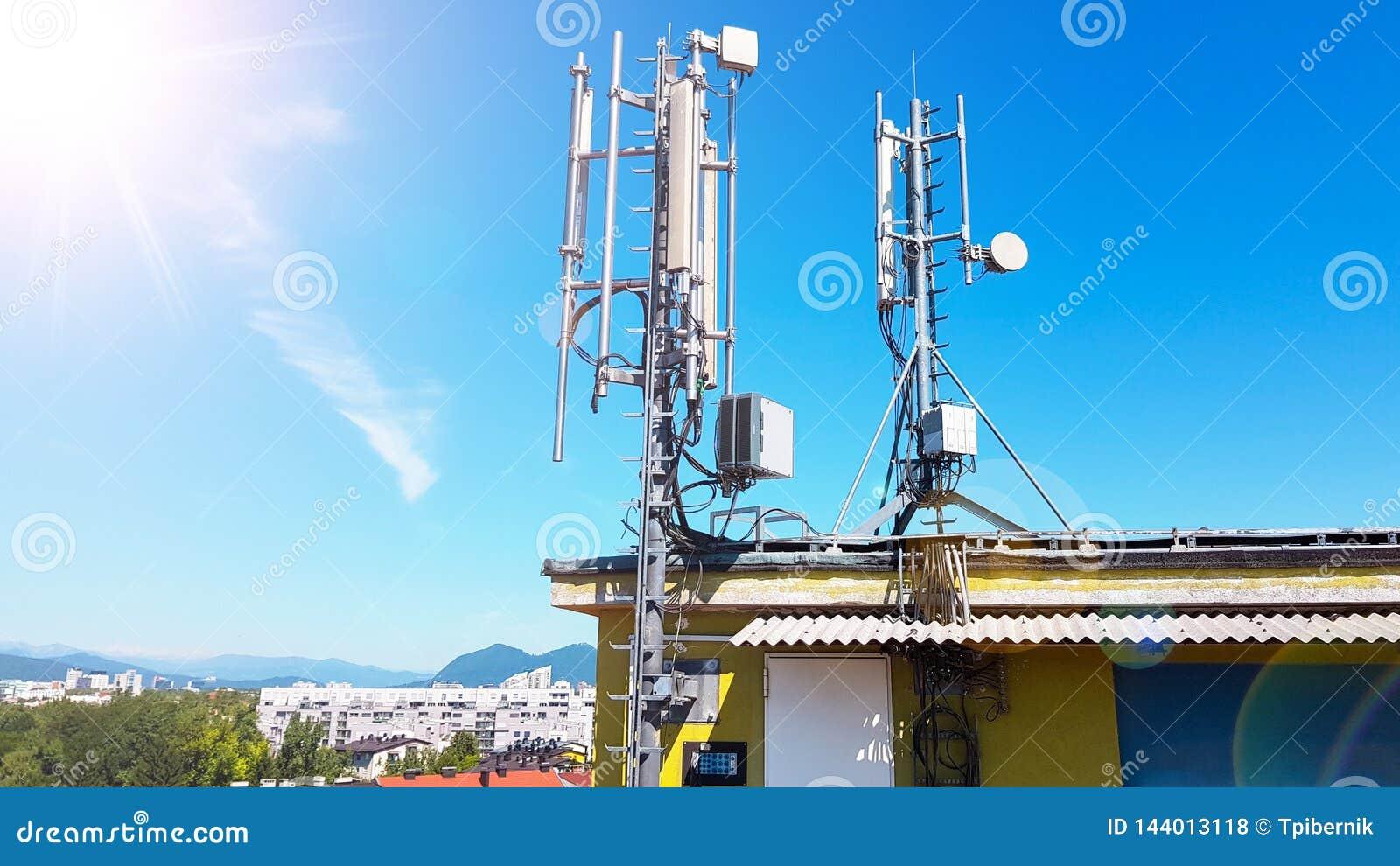 5G έξυπνος σταθμός βάσης κεραιών ραδιοφωνικών δικτύων κινητών τηλεφώνων στον ιστό τηλεπικοινωνιών που ακτινοβολεί το σήμα