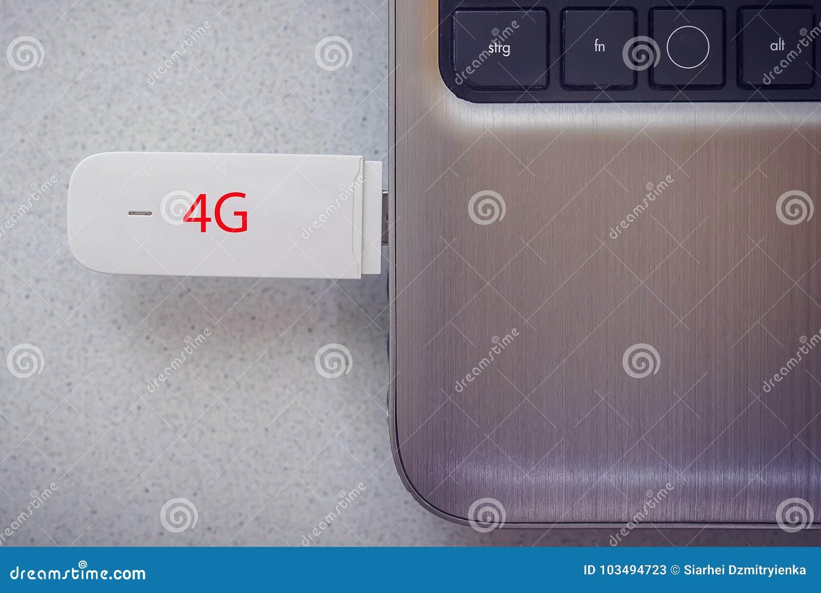 4G modem łączący w nowożytnym notatnika zbliżeniu
