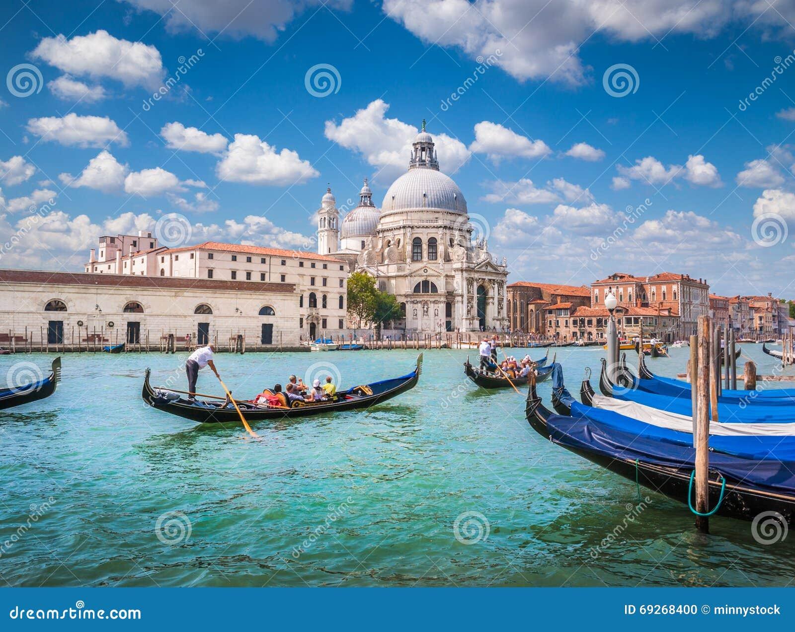 Gôndola no canal grandioso com di Santa Maria della Salute da basílica, Veneza, Itália