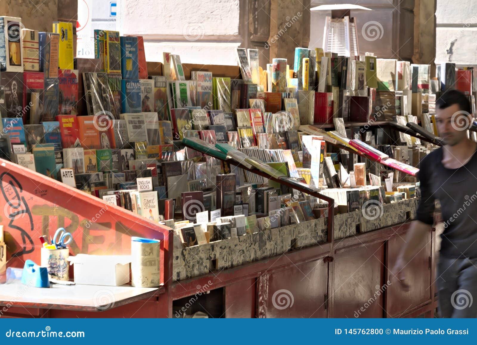 G?nova Banco de libros usados en la plaza Colombo