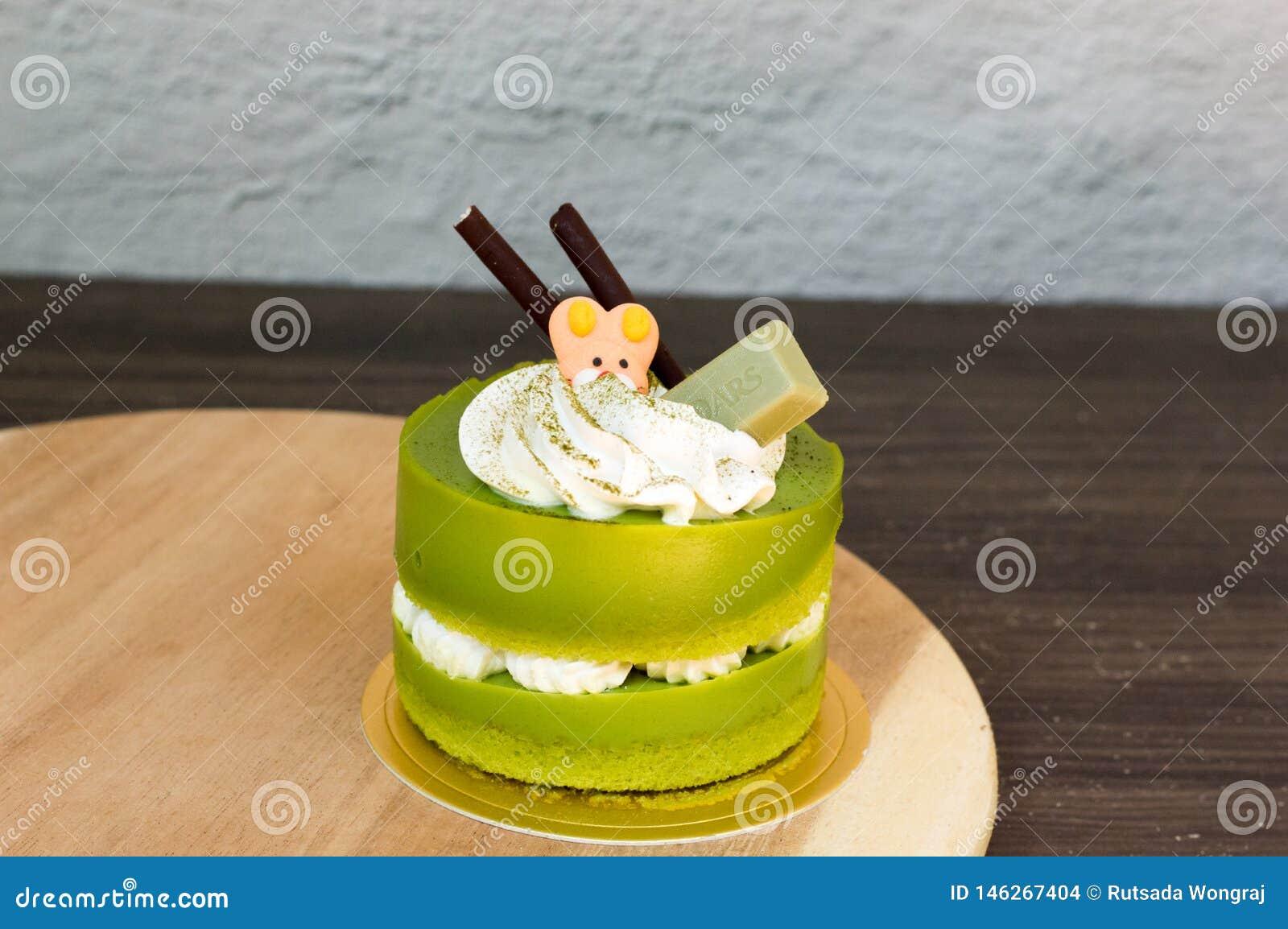 G?teau de th? vert plac? sur un plat en bois