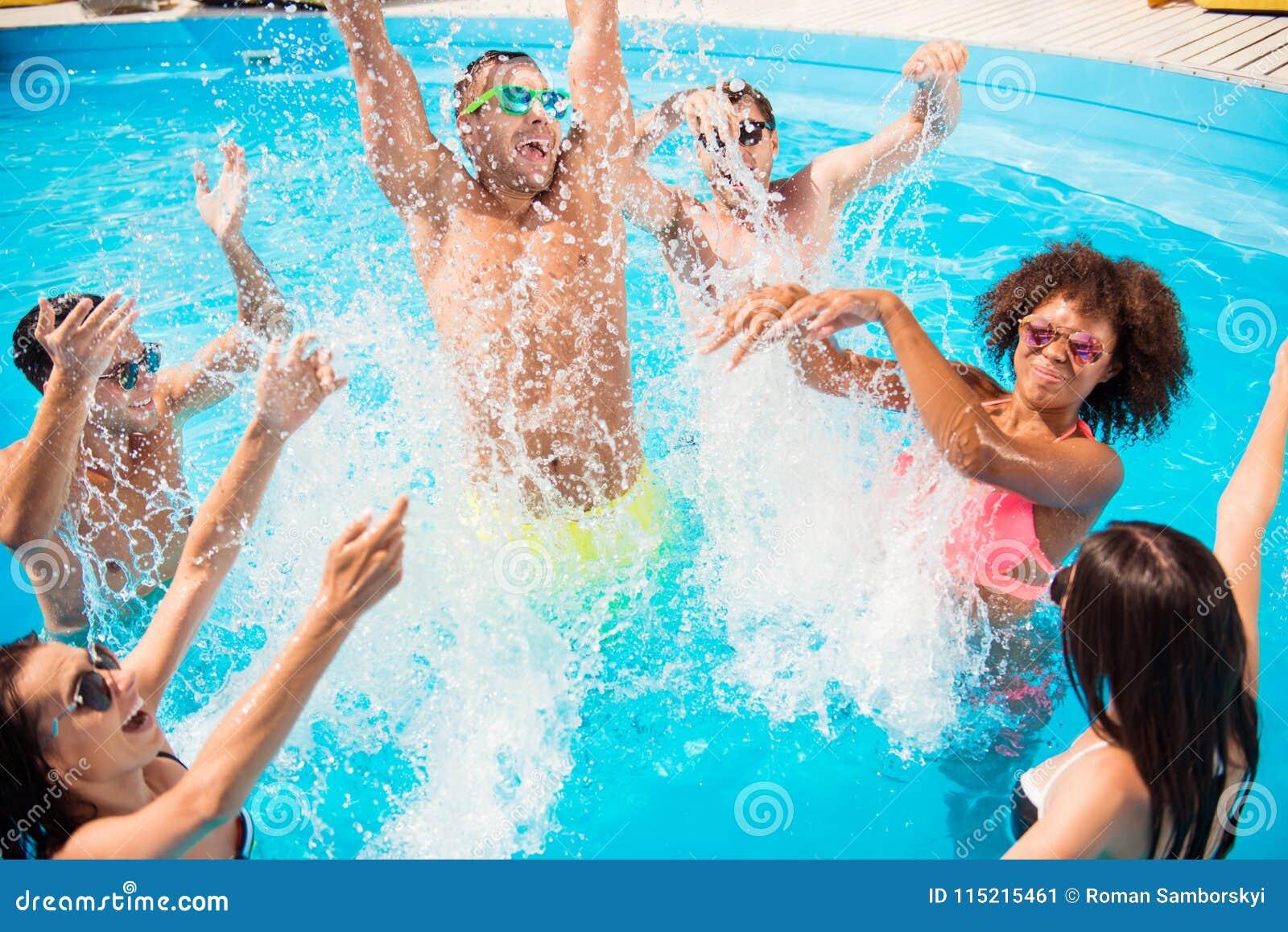 Ga gek in het water! Verdelen en gaat krankzinnig! Gekke toeristen a