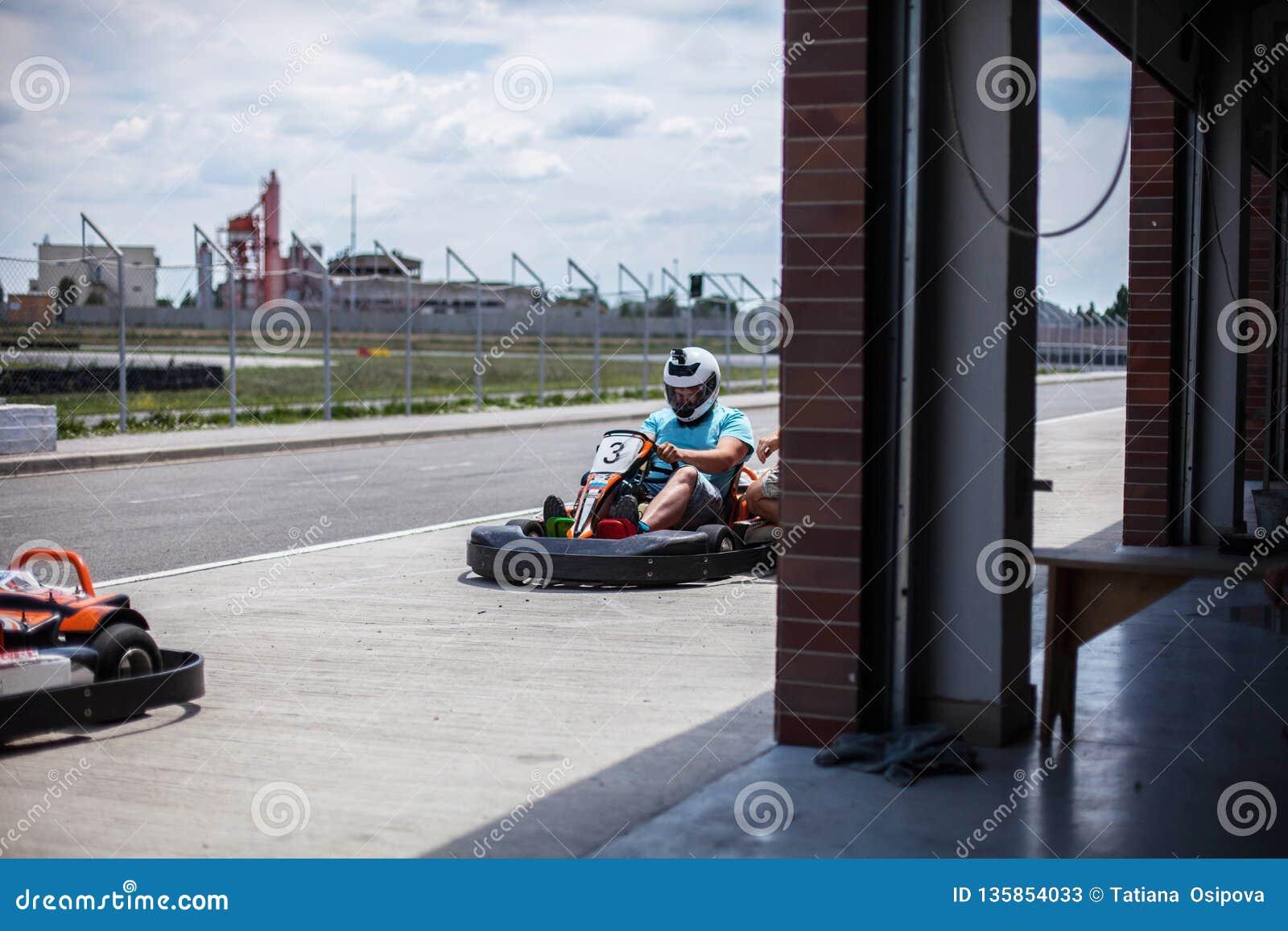 Ga kart snelheid, binnenoppositieras De Kartingsconcurrentie of raceauto s die familie openluchtactiviteiten berijden