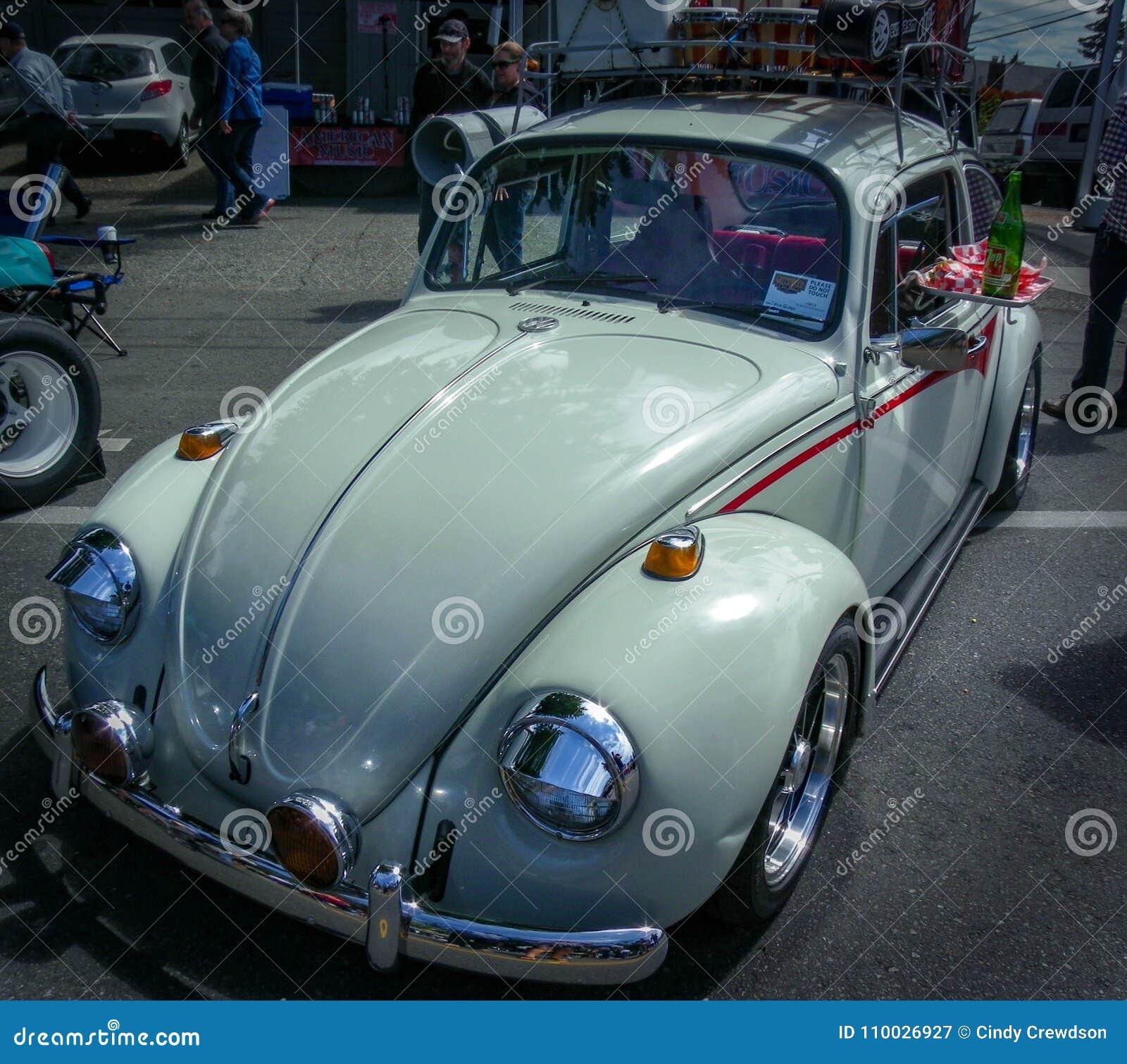 Ga naar het aandrijving-binnen binnen dit witte, oudere VW-insect