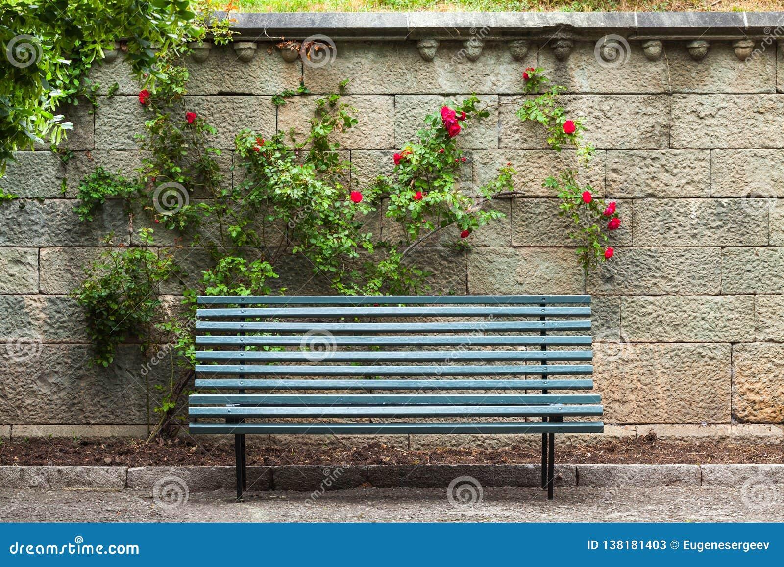 Gabarits en bois bleus vides près du mur en pierre