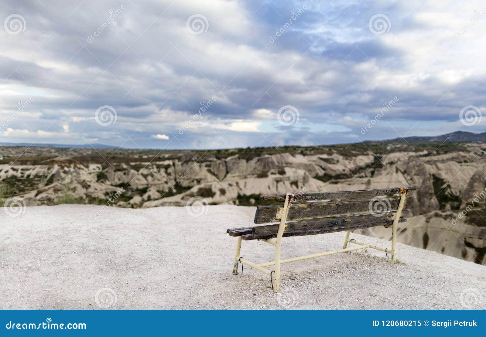 Gabarits superficiels par les agents en bois contre le contexte du paysage de montagne