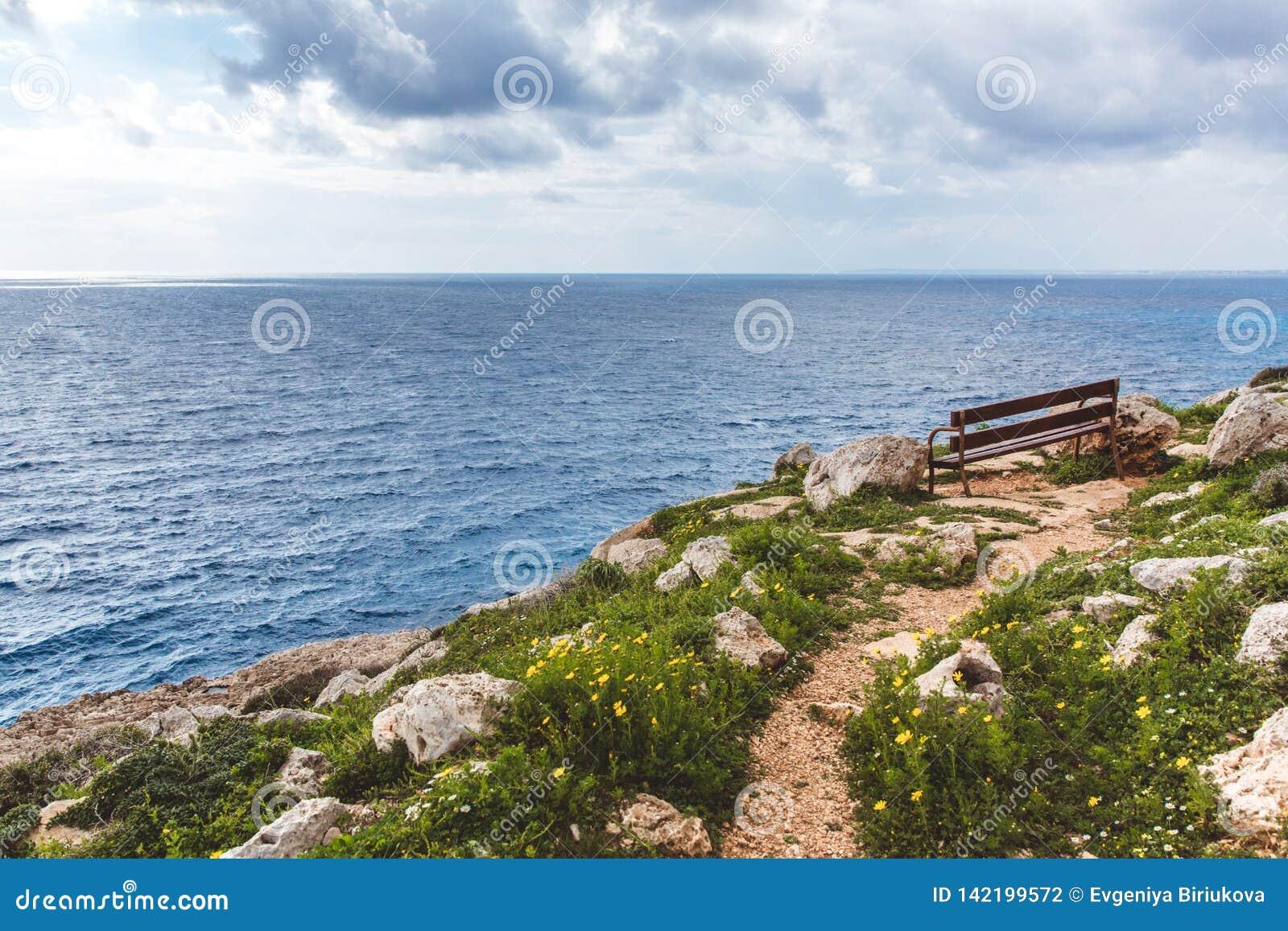 Gabarits sur le bord de la mer Belle vallée par la mer Paysage marin en Chypre Ayia Napa