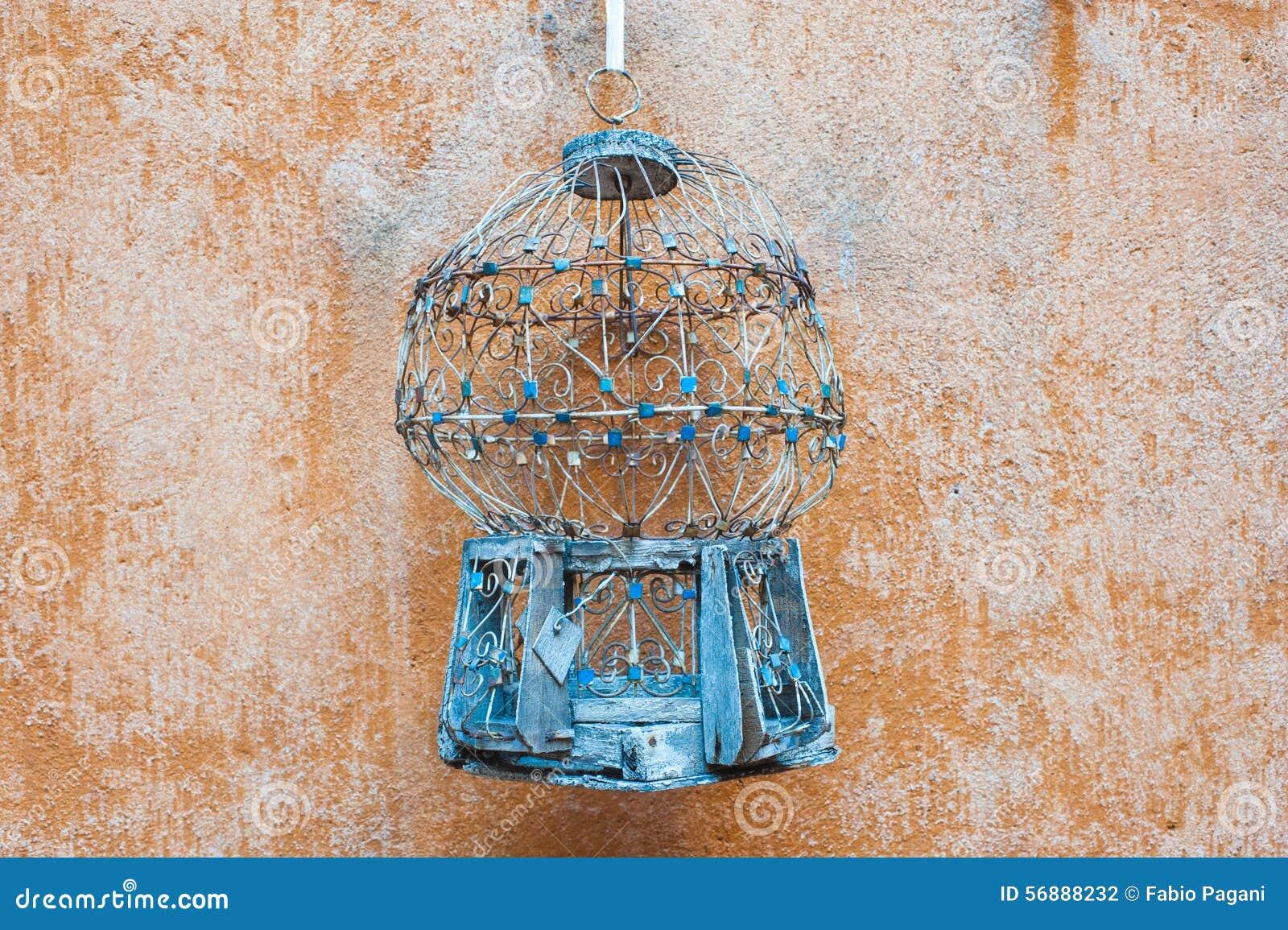 Gabbia per uccelli antica vuota all aperto