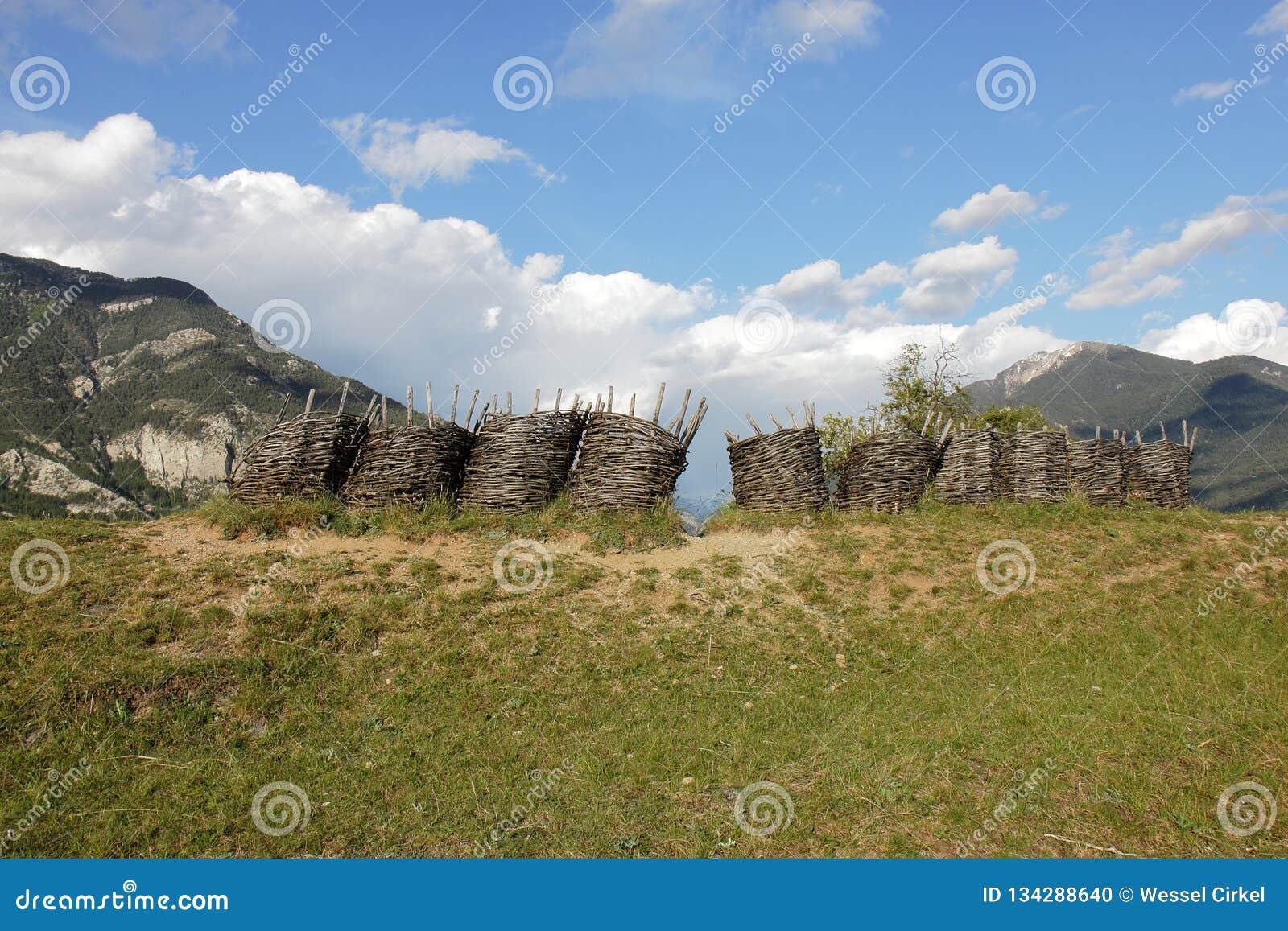 Gabbioni vicino alla fortificazione del Mont-delfino, Hautes-Alpes francesi del lavoro in vimini