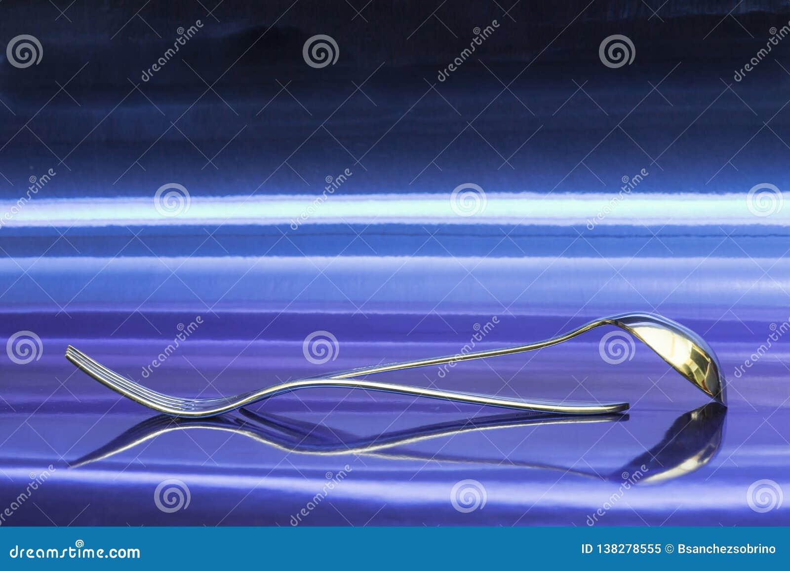 Gabel und Topf auf einem unbegrenzten Blau