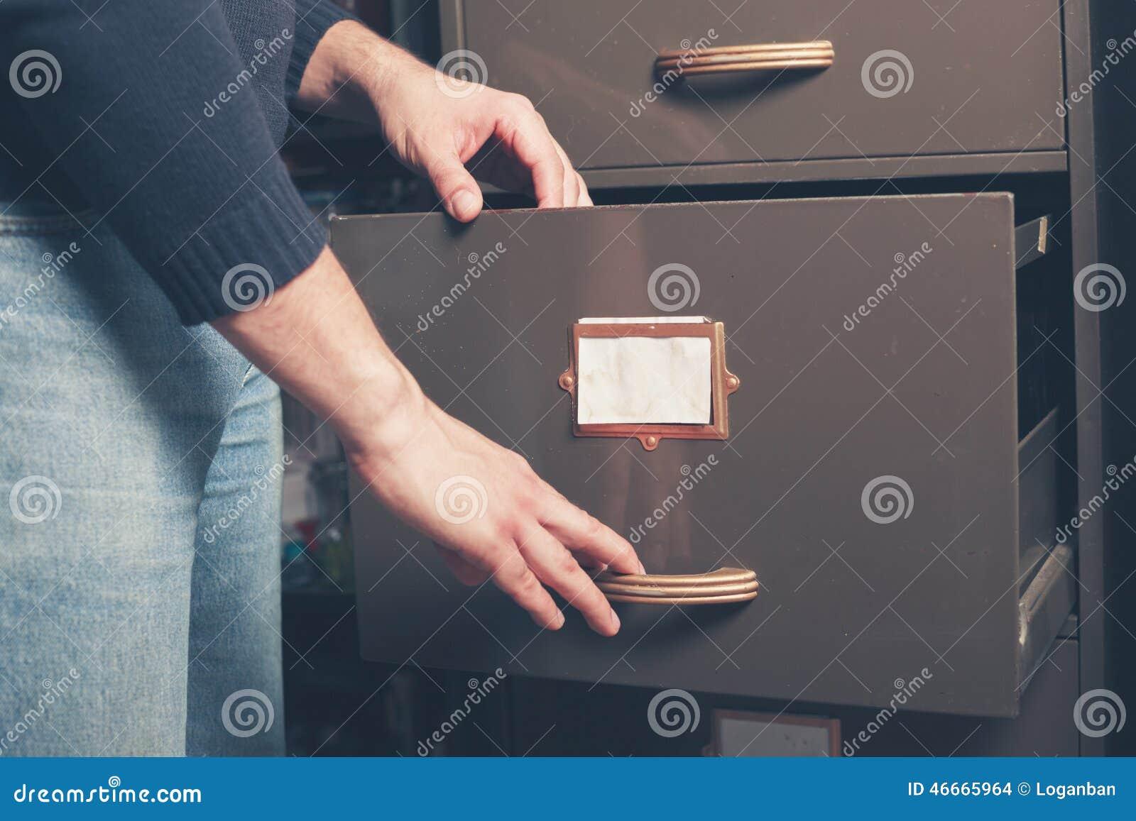 Gabinete de fichero de abertura del hombre