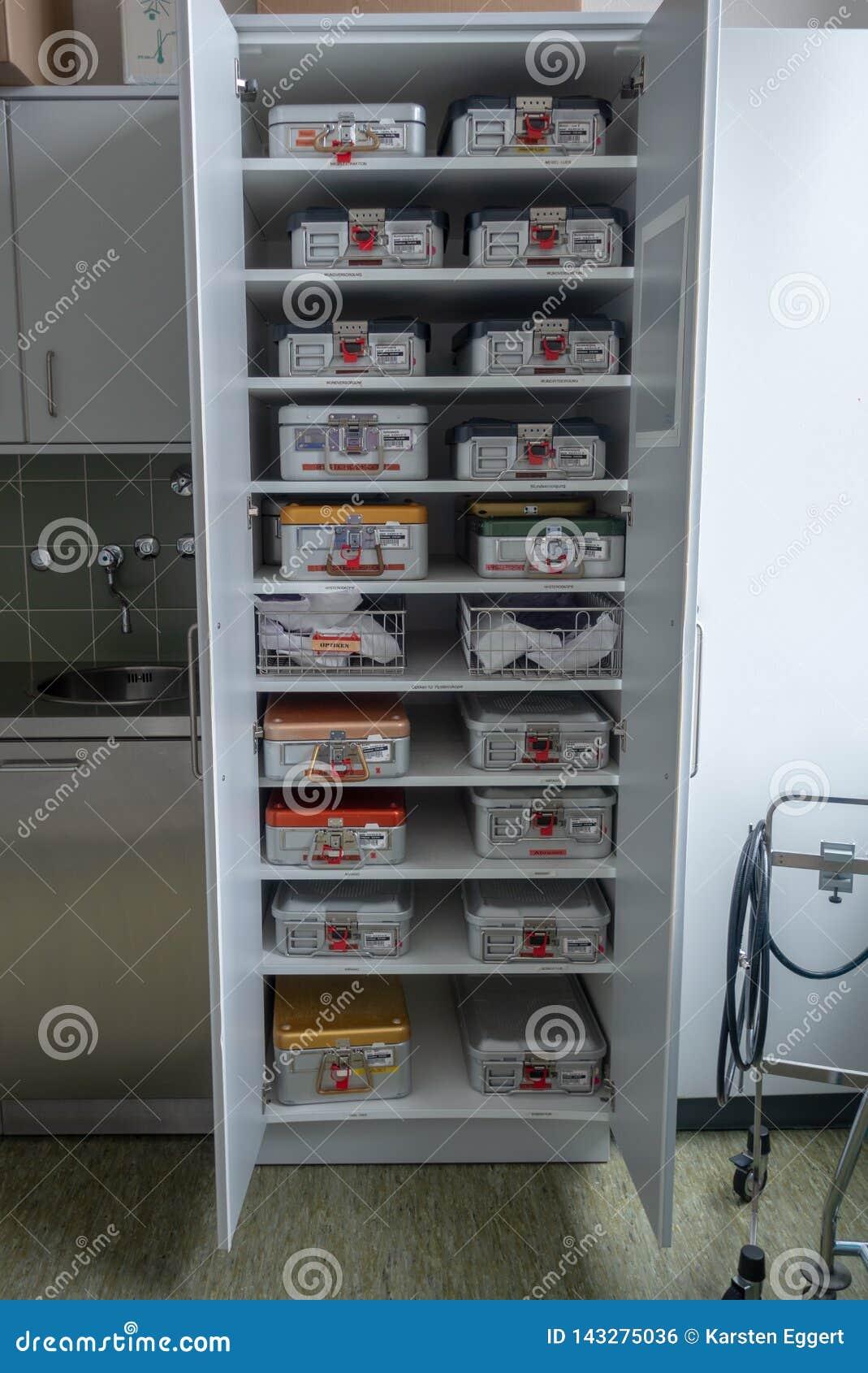 Gabinete por completo del envase de los instrumentos quirúrgicos