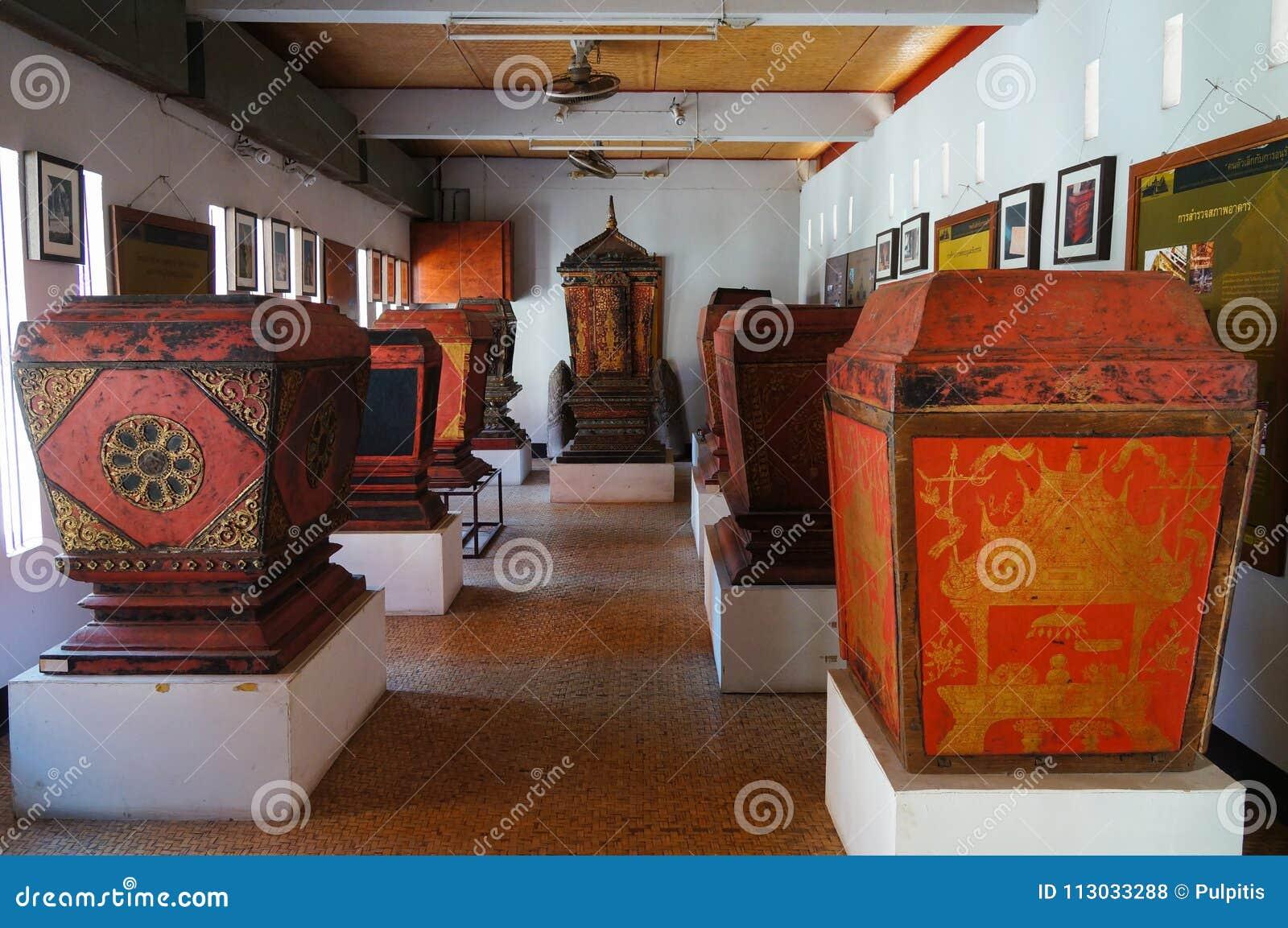 Gabinete septentrional de Tripitaka del estilo en Wat Pong Sanuk Temple en La