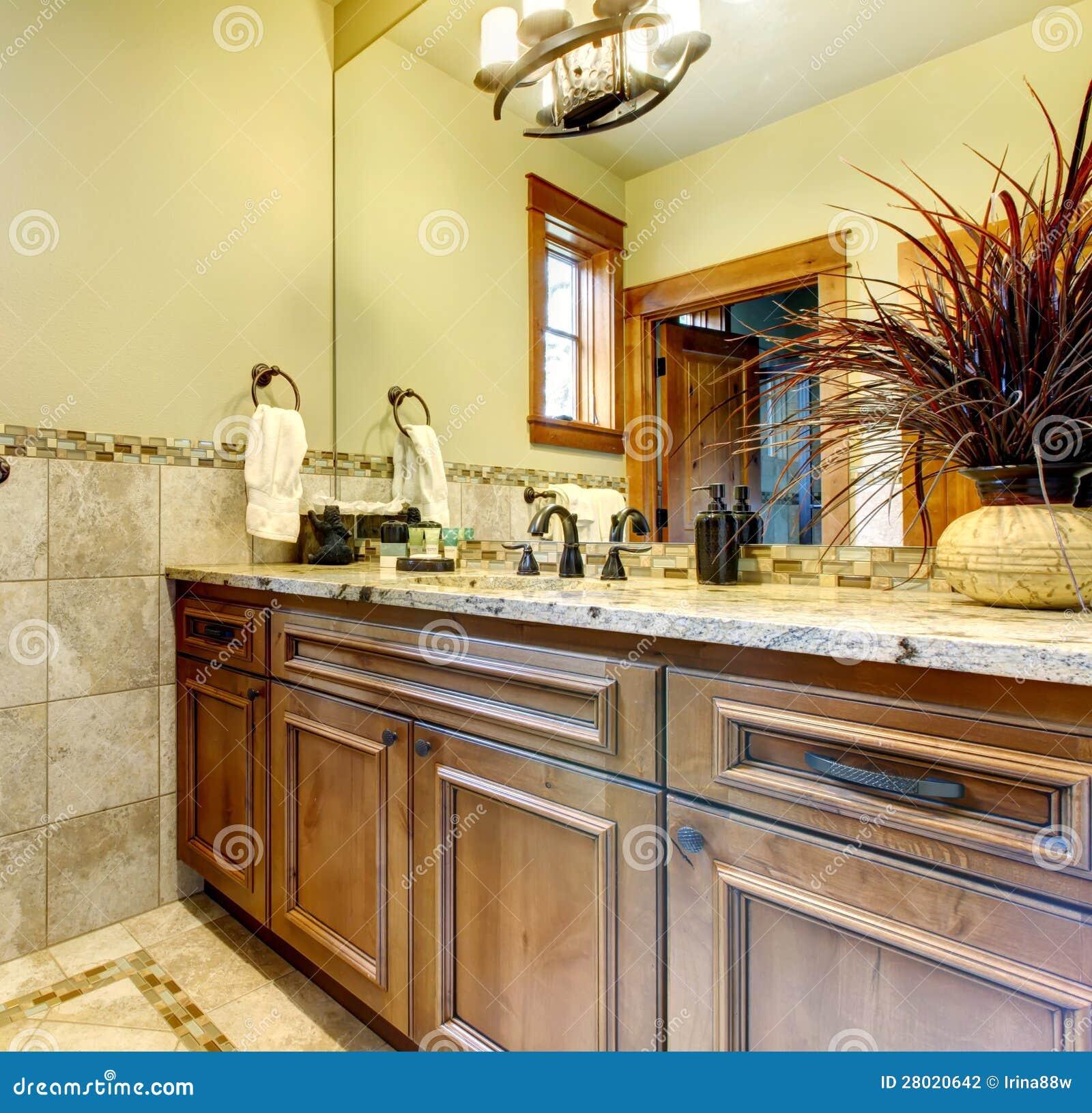 Gabinetes de banheiro luxuosos na HOME da montanha com telha de pedra. #6E3D19 1300 1342