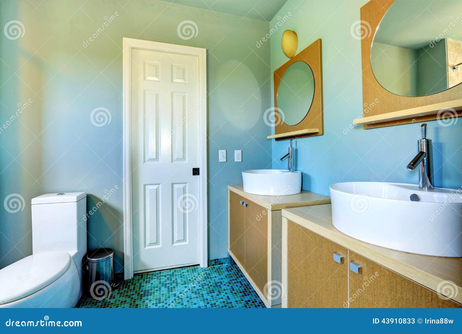 Gabinetti di vanità del bagno con i lavandini della nave e gli