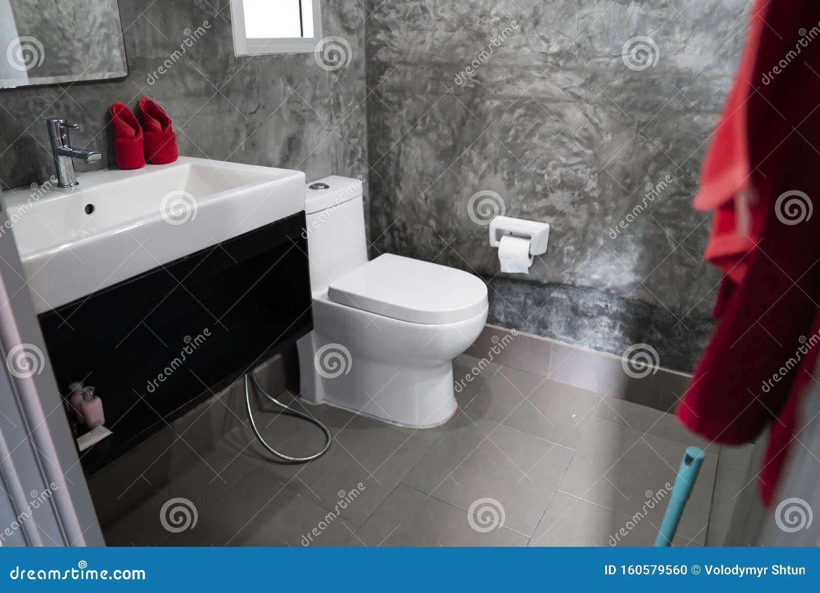 Gabinetto Bianco Nel Bagno Domestico Con Lavandini E ...