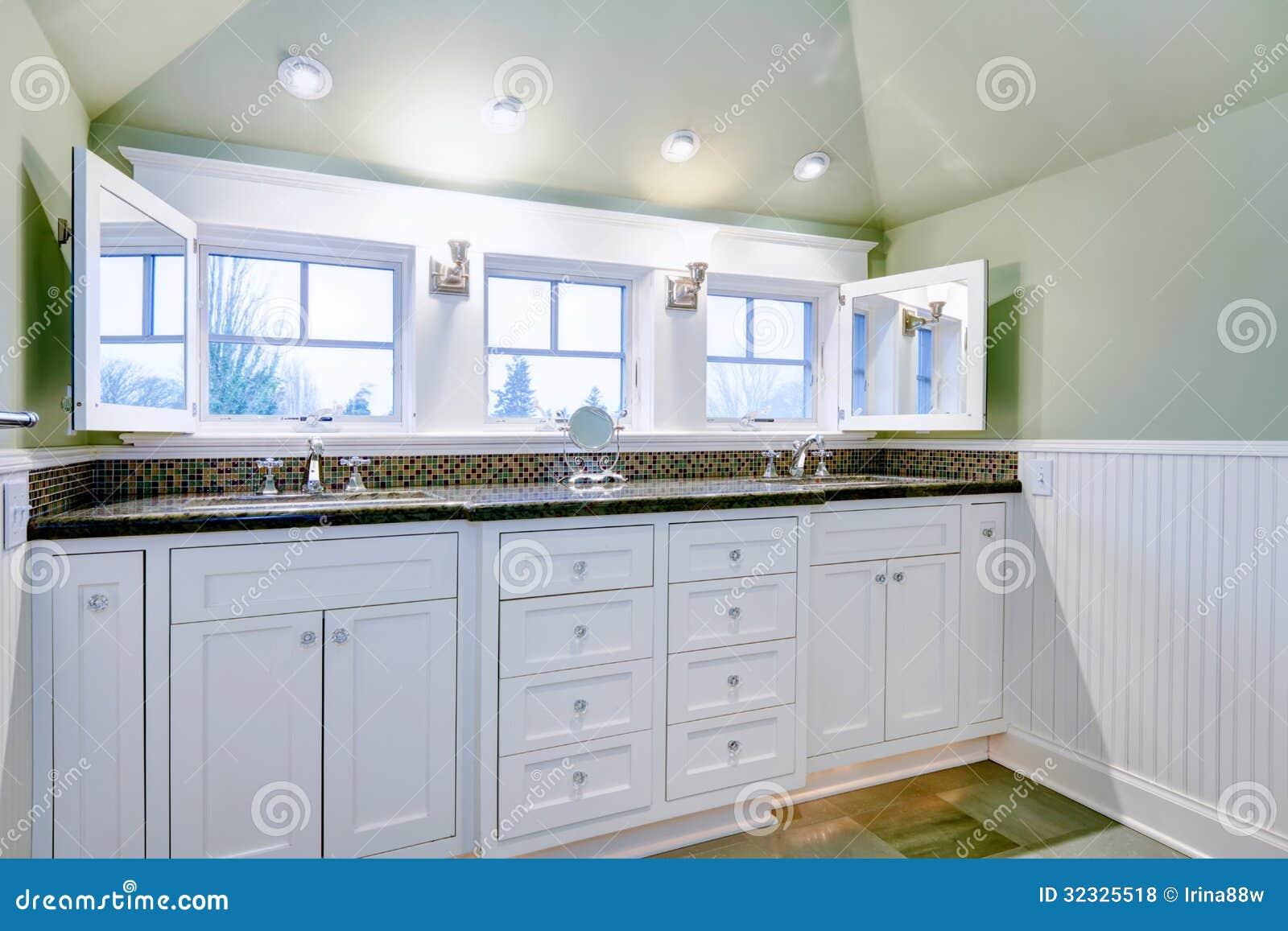 Gabinetto di bagno di lusso bianco con due lavandini fotografie stock libere da diritti - Due lavandini bagno ...