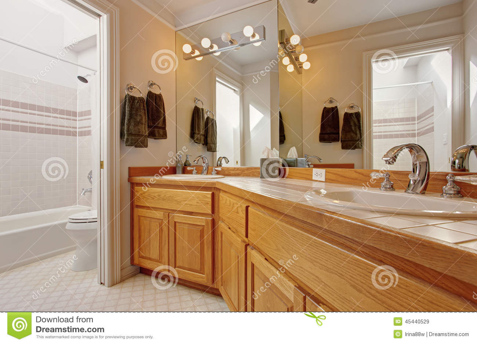gabinetto di vanit del bagno con due lavandini e specchi
