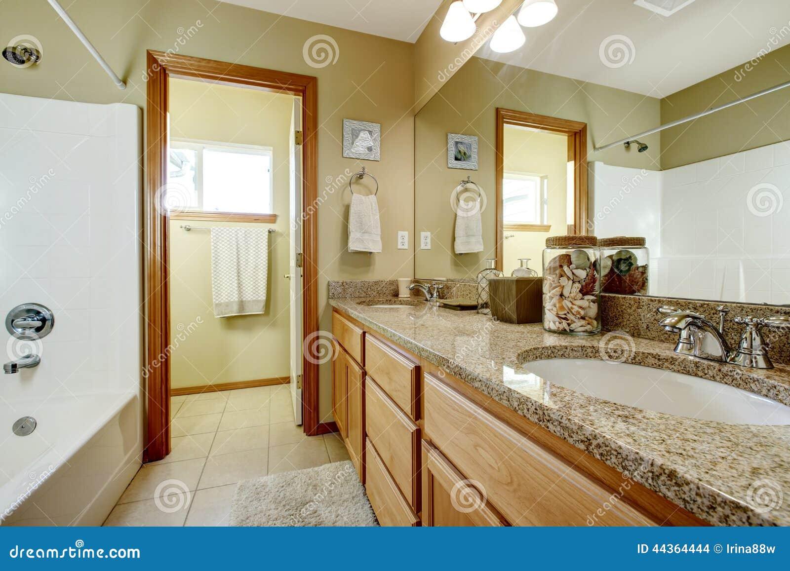 Gabinetto di vanità del bagno con la cima e lo specchio del granito