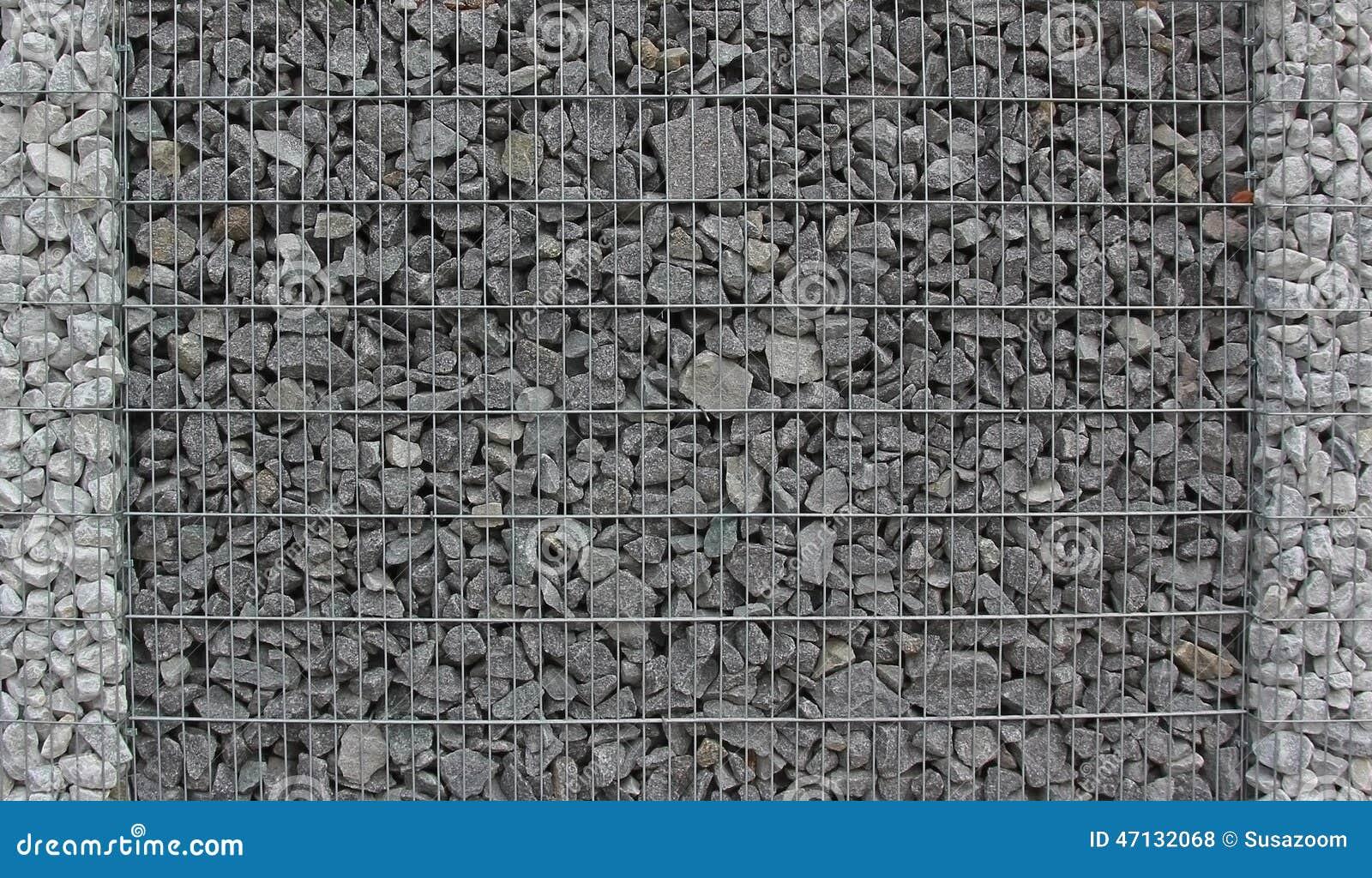 Gabion staket som fylls med granitstenar arkivfoto   bild: 47132068