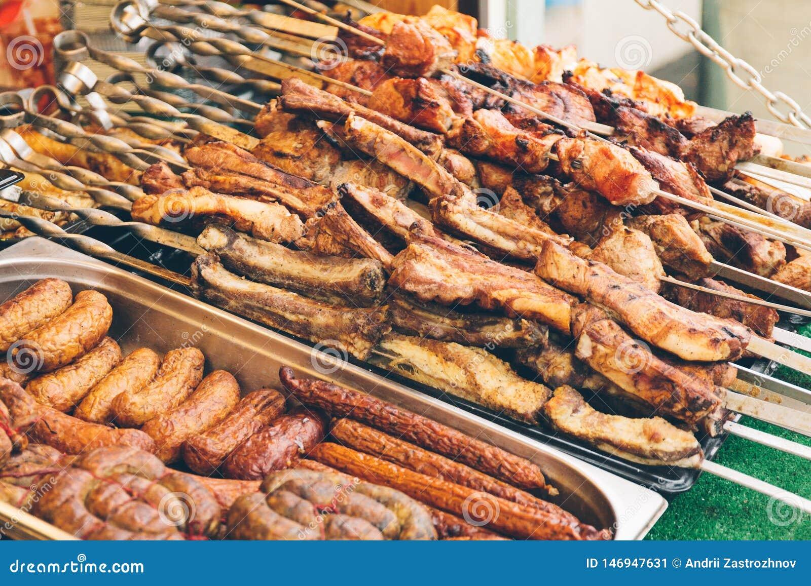 Gablota wystawowa uliczny jedzenie z kiełbasami, kiełbasami i shish kebabem,