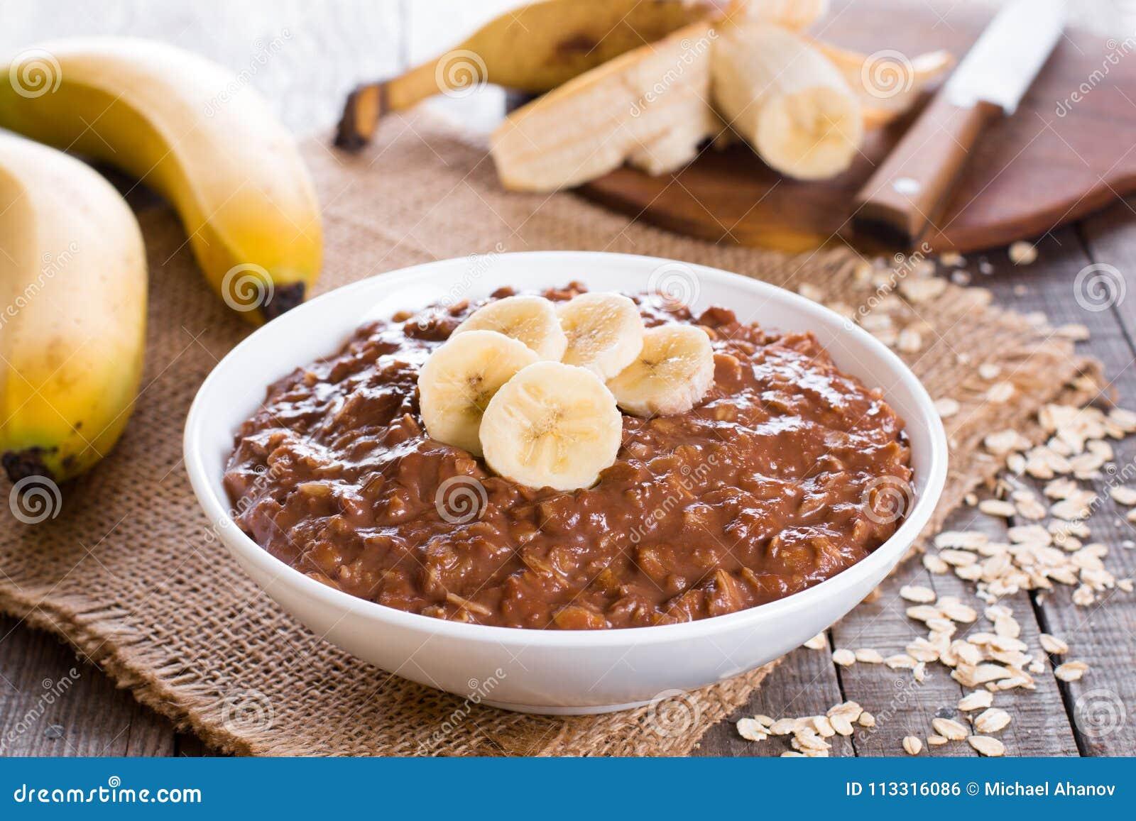 Gachas de avena crudas de la harina de avena con el plátano y el chocolate
