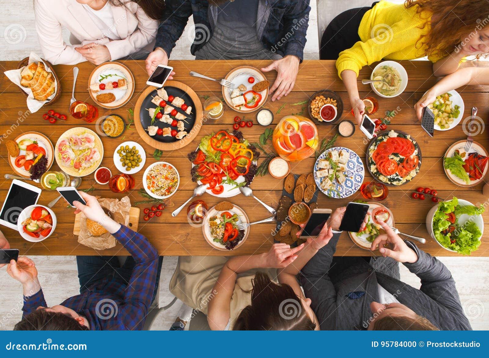 Gadżetu przyrządu nałóg, przyjaciele obiadowi z smarphones