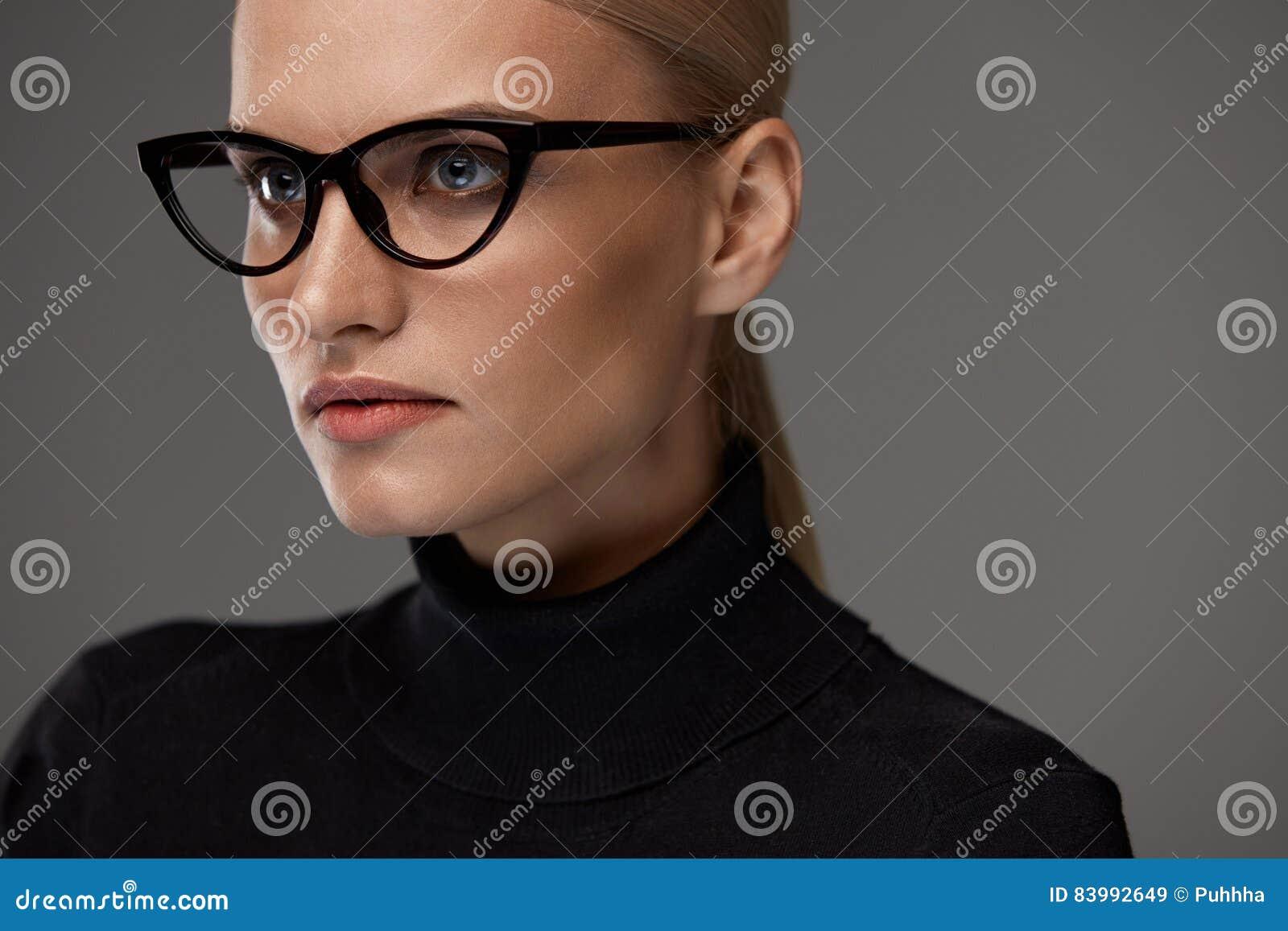 Gafas de las mujeres Mujer hermosa en los vidrios, lentes elegantes