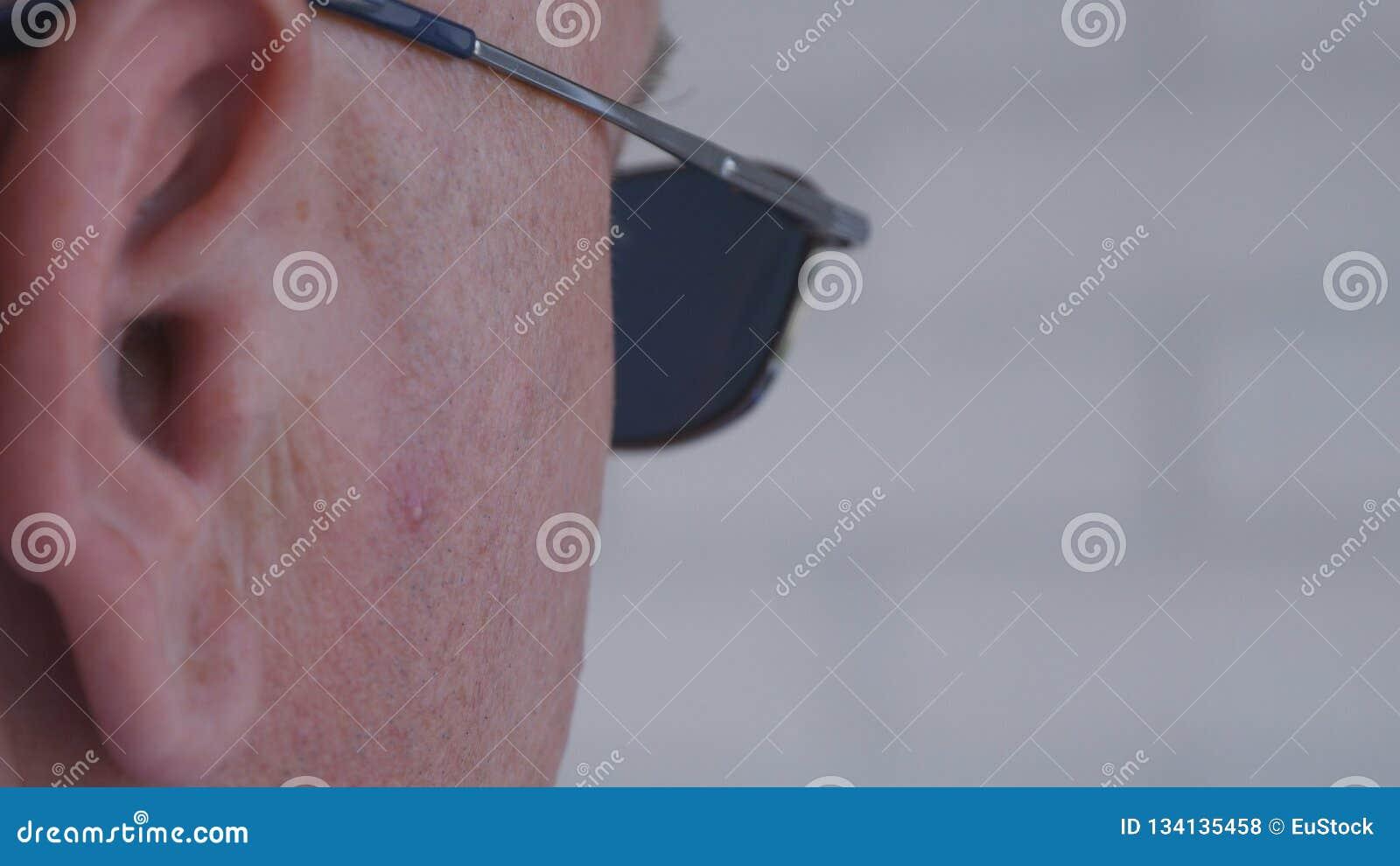 Gafas de sol confiadas de Image Wearing Black del escolta que hacen un trabajo de la seguridad