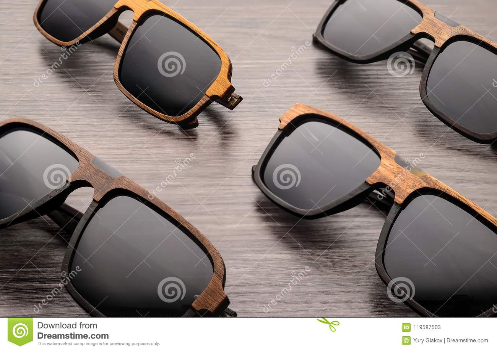 fe72769506 Gafas De Sol En Marco Natural De Madera En Un Fondo Hermoso Imagen ...