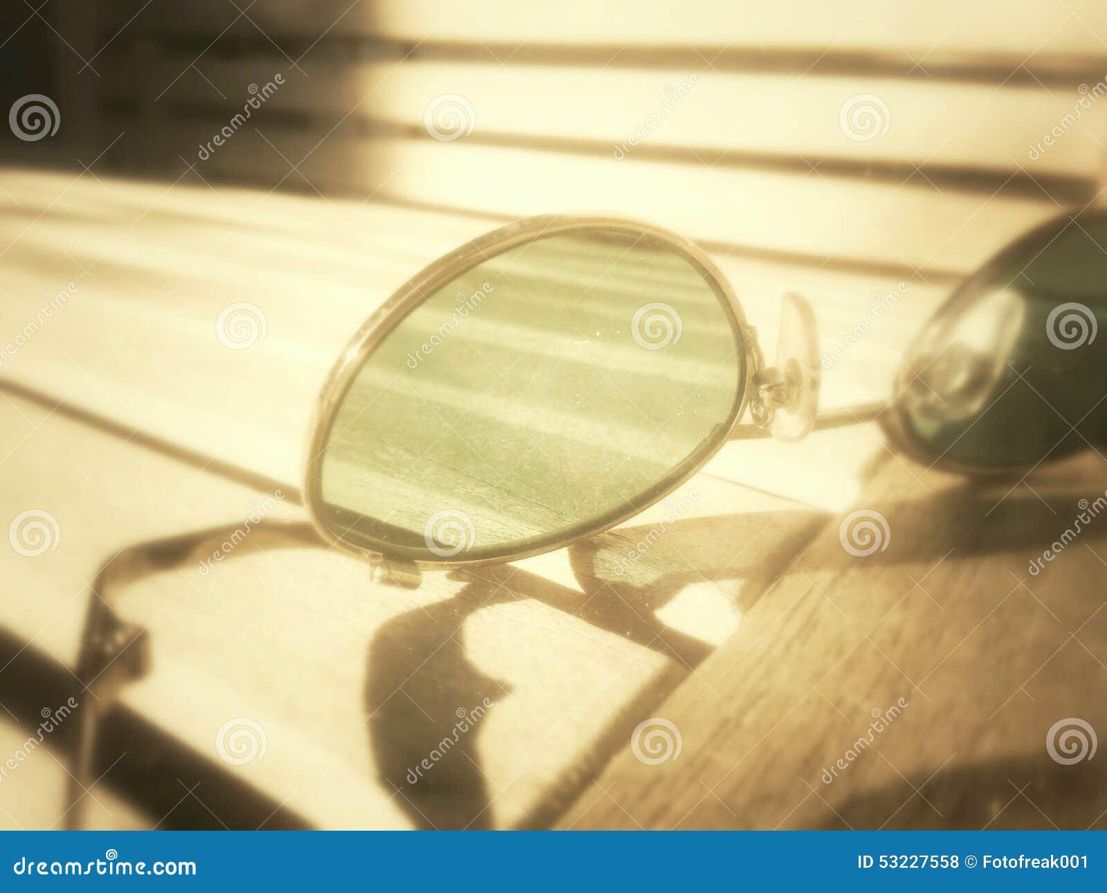 Gafas de sol en un banco