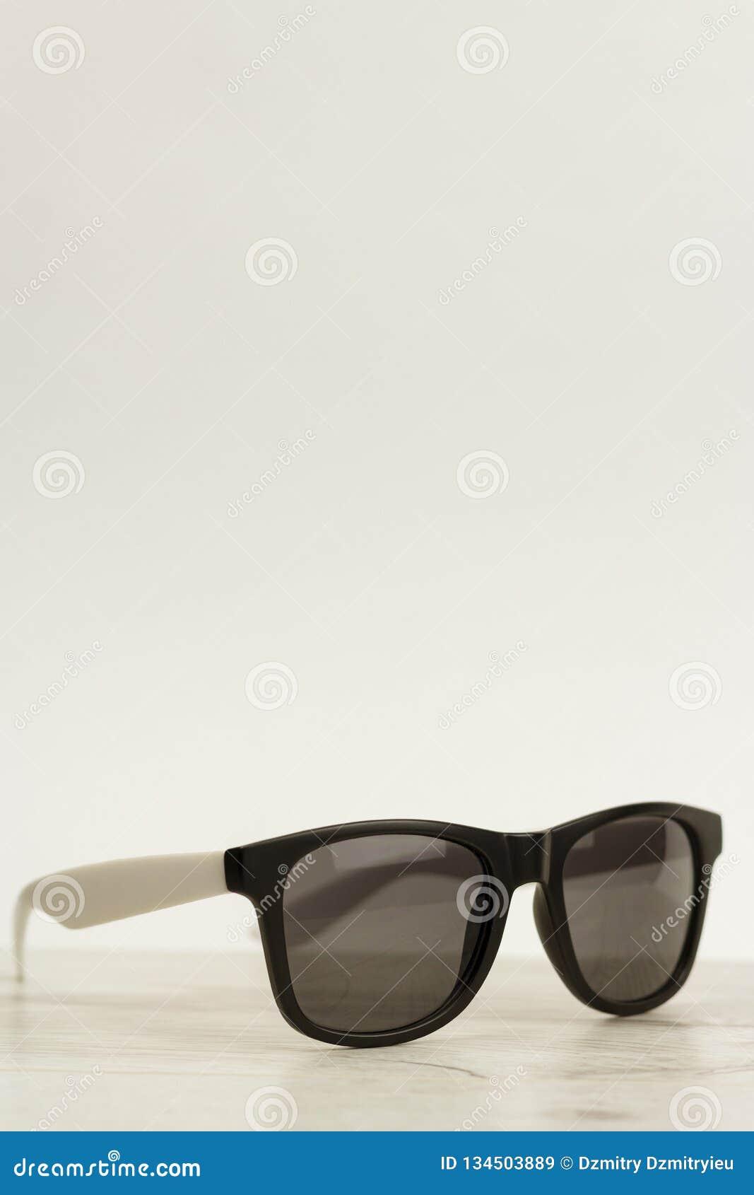 f08af9f3b4 Gafas de sol en un fondo de madera ligero con el espacio para la copia