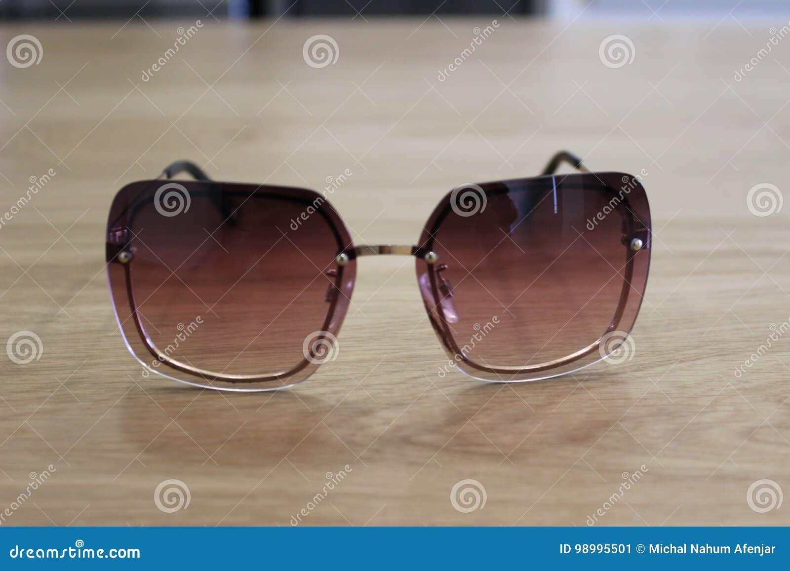 Gafas de sol púrpuras