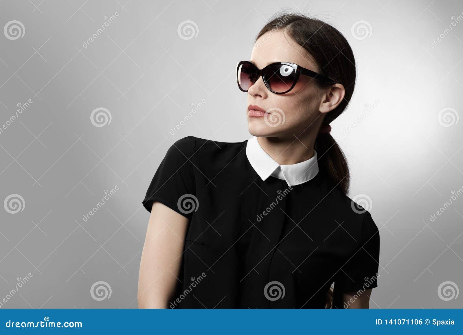 Gafas de sol que desgastan de la mujer bonita