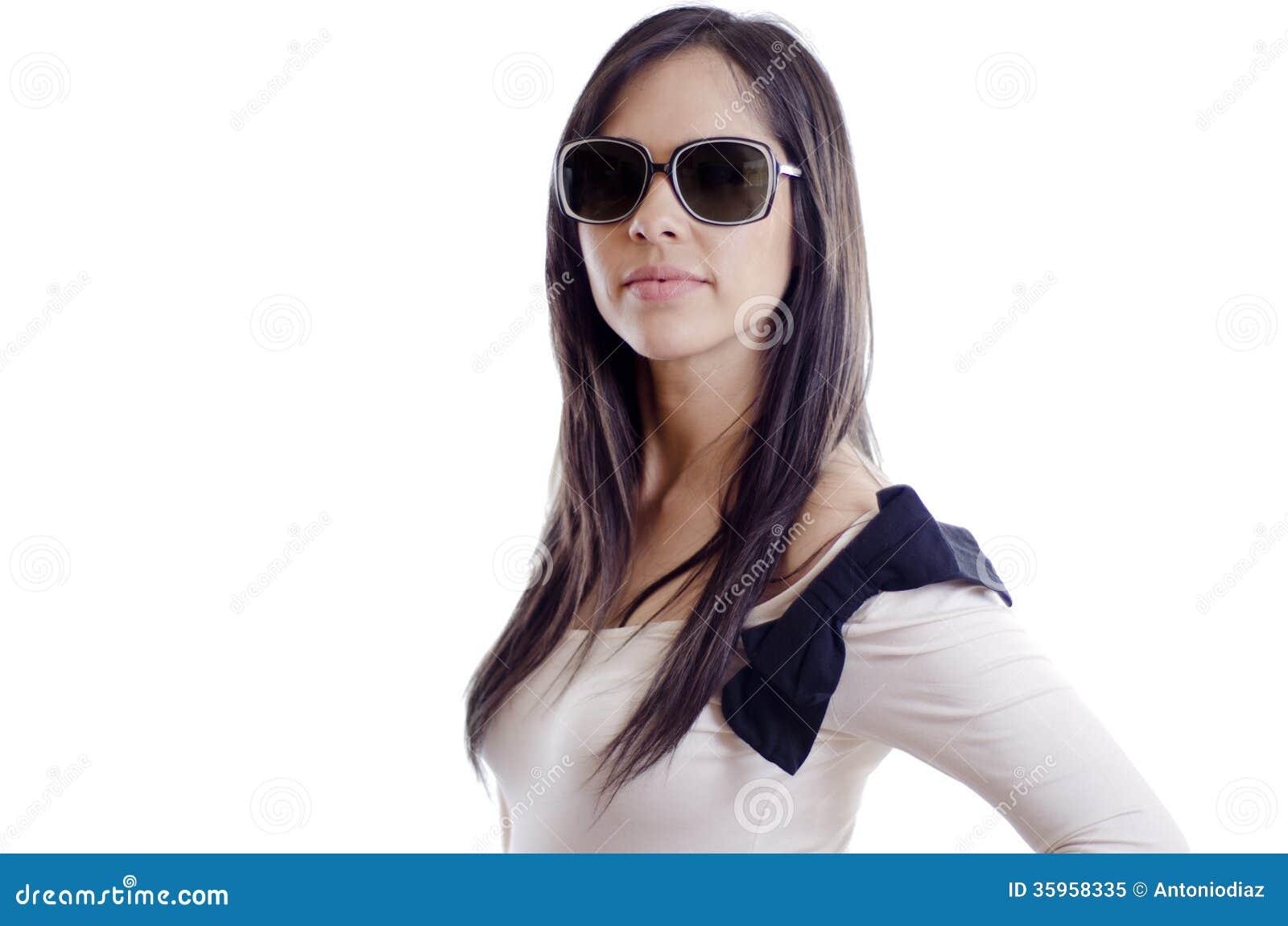 Gafas de sol que llevan de la muchacha atractiva