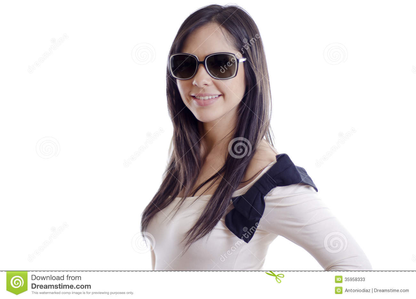 Gafas de sol que llevan de la muchacha hermosa
