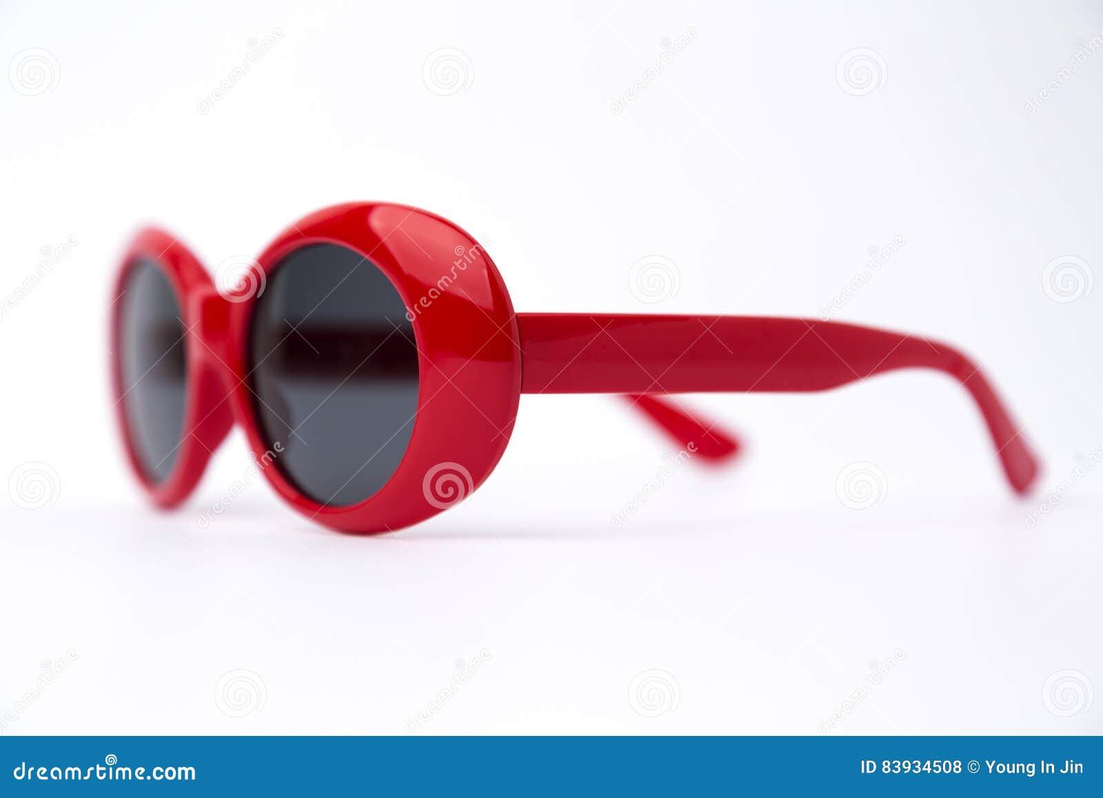 Gafas De Sol Redondas Rojas Lindas En El Fondo Blanco Foto de ...