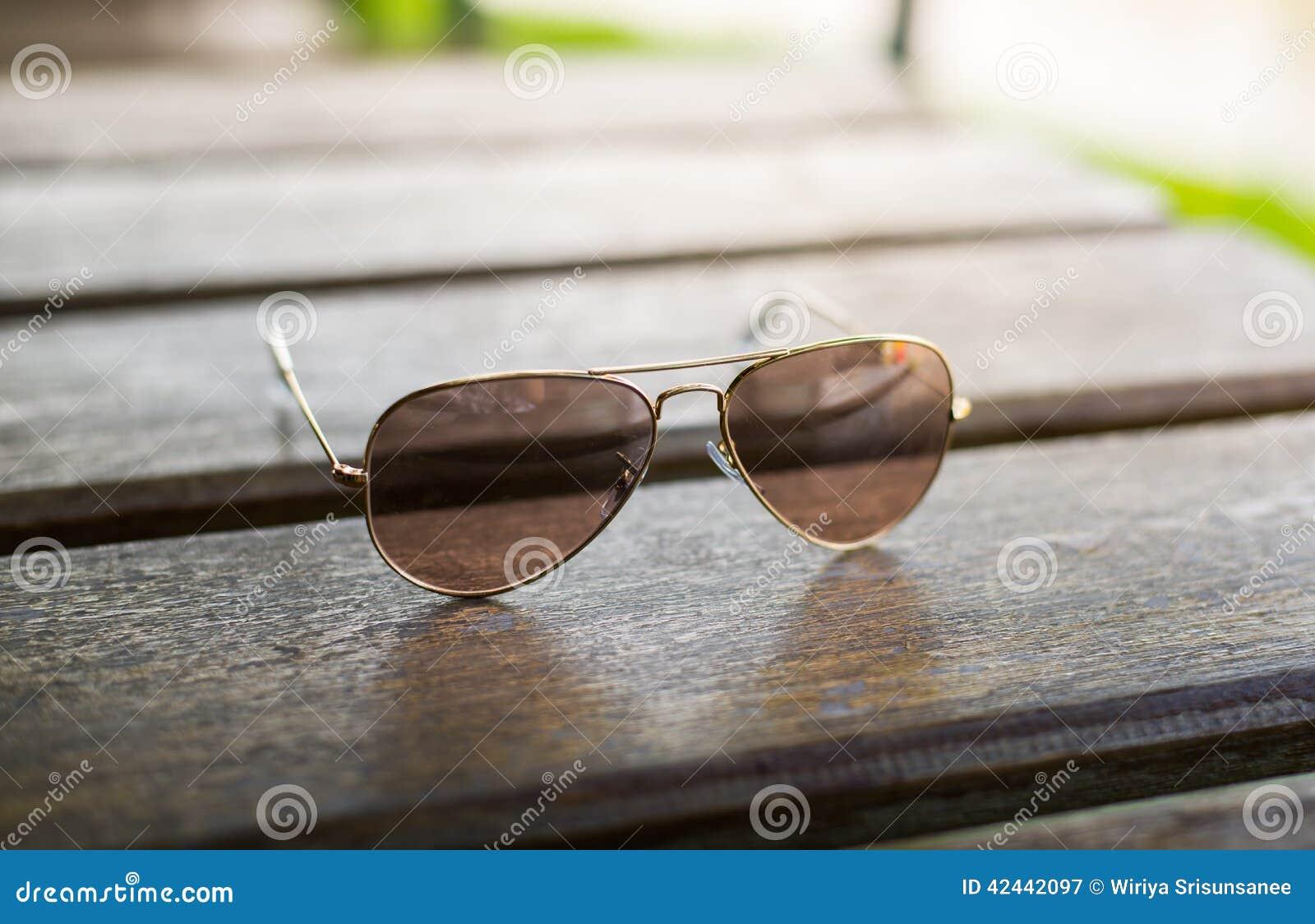 Gafas de sol tipo aviador en una tabla de madera