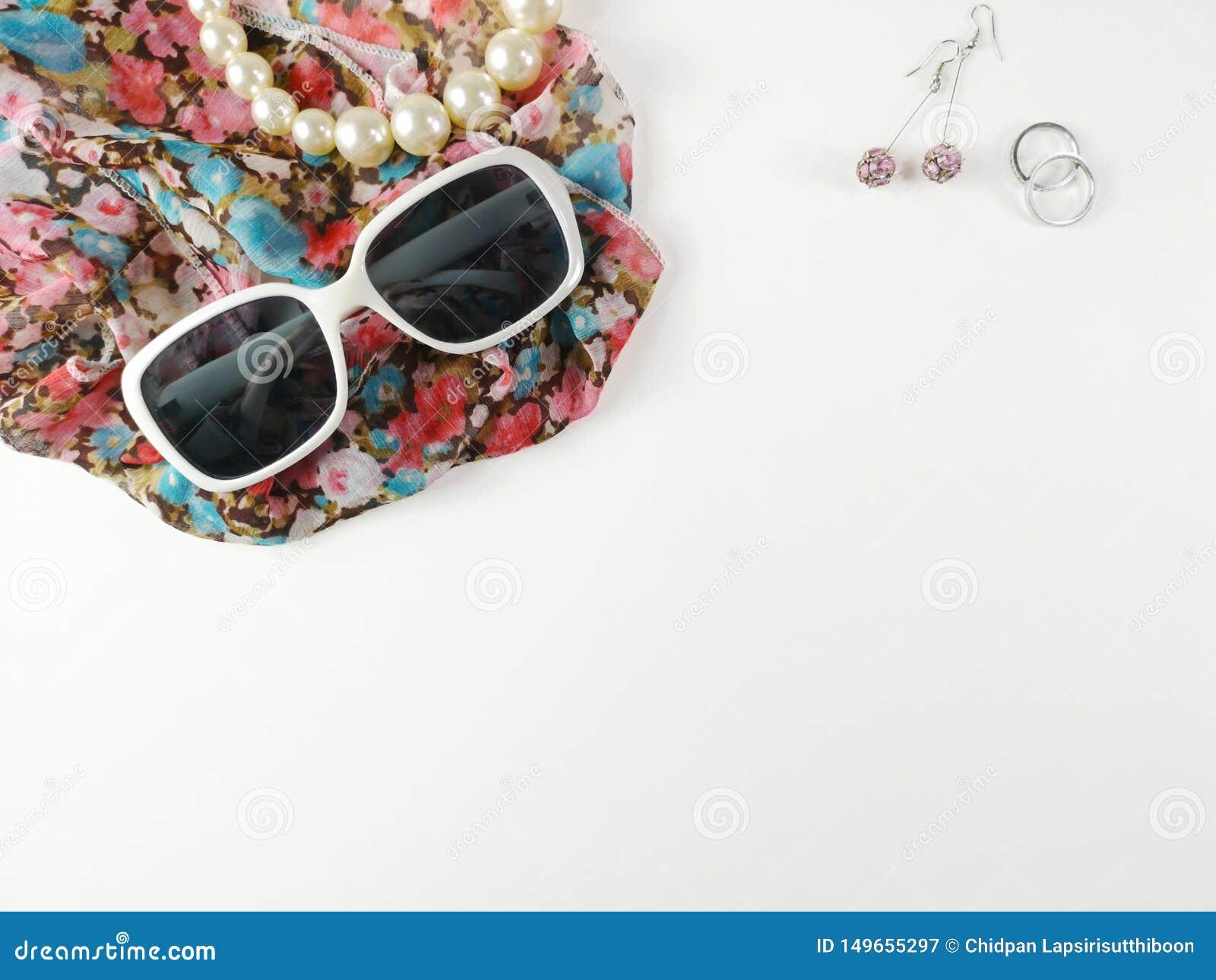 Gafas de sol y collares hechos de perlas, colocado en velos de la moda y pendientes